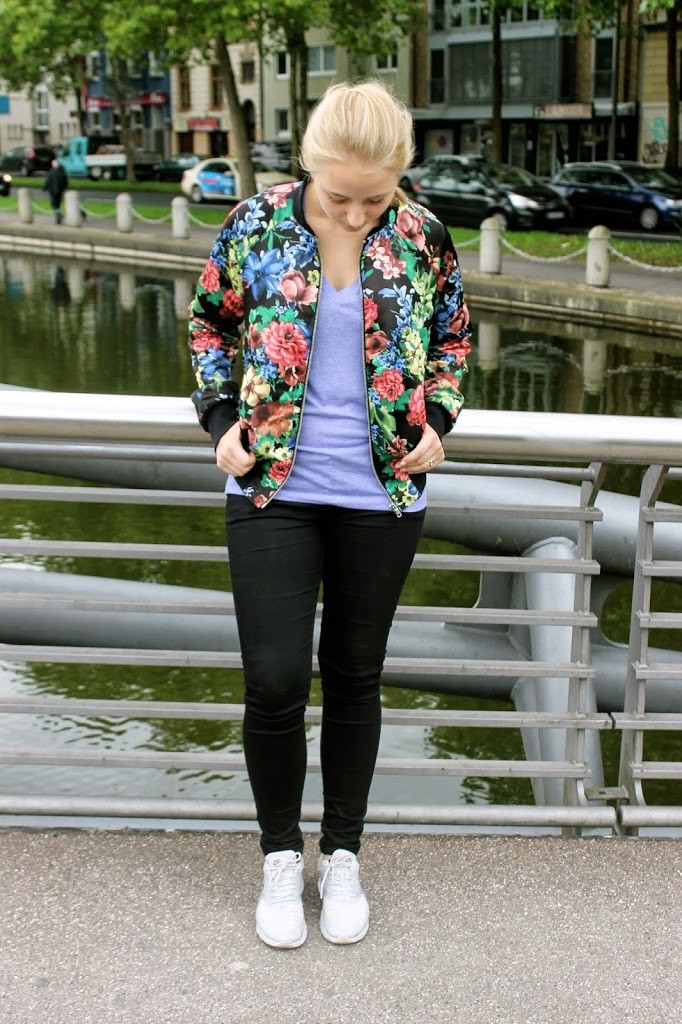 blumen-bomberjacke-weiße-sneaker-adidas superstars-outfit-fashionblog-cologne-berlin