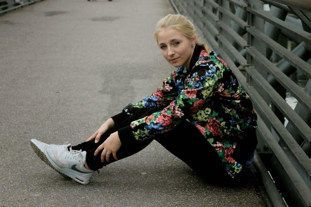 blumen-bomberjacke-graue-sneaker-adidas superstars-outfit-fashionblog-cologne-berlin