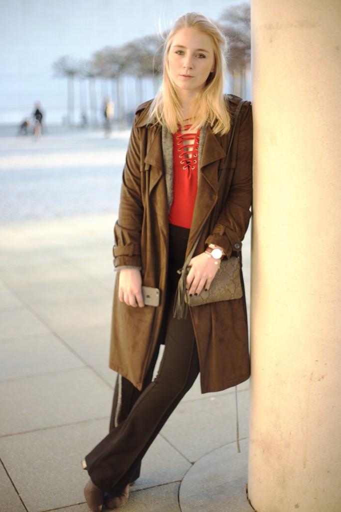 Schlaghose_Outfit_Schnürung_Fashionvernissage_Cologne_Blog_9983