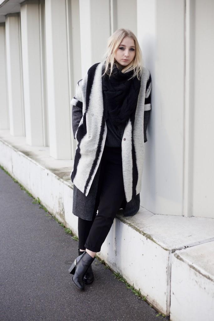 gestreifter_Mantel_schwarz_weiß_outfit_Fashionblog_cologne_köln