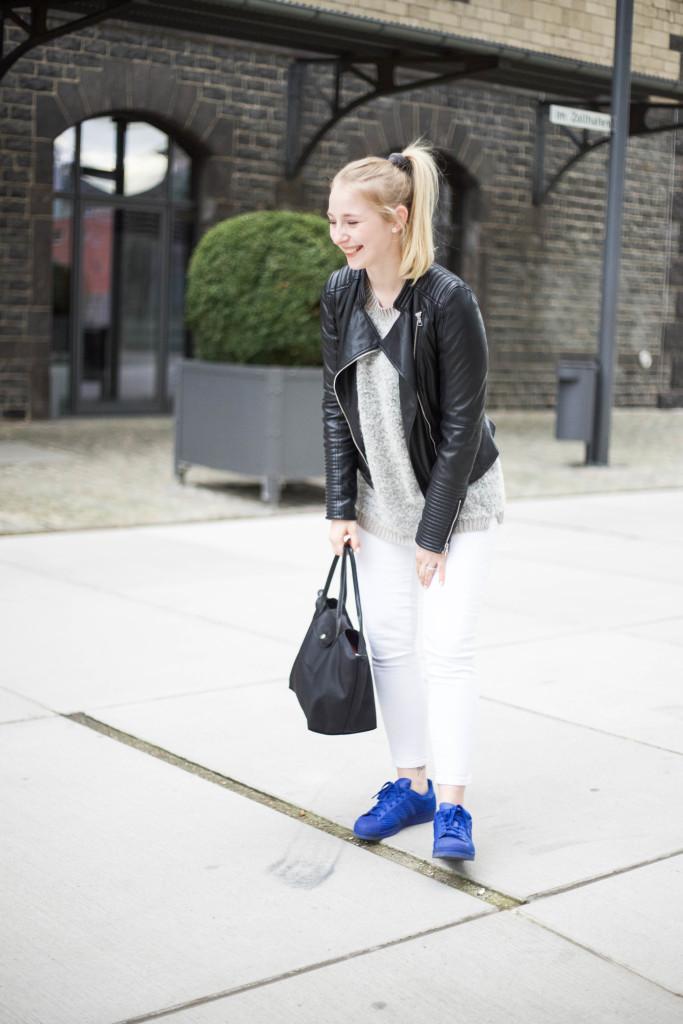 blaue-adidas-superstars-fruehlingslook-cologne