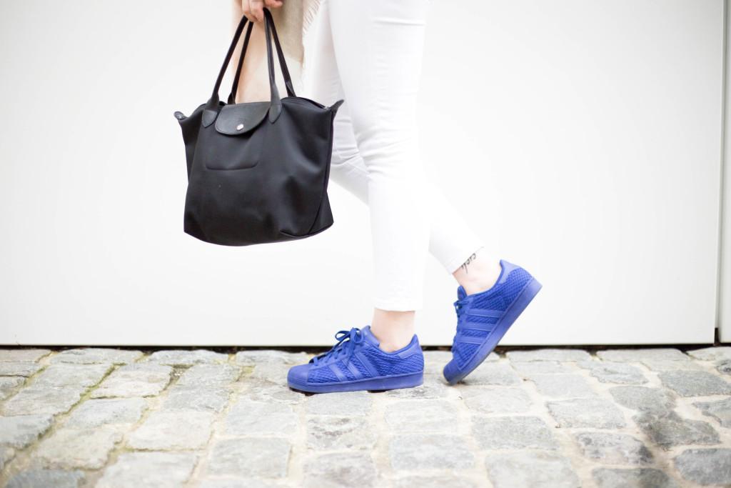 blaue-adidas-superstars-fruehlingslook-footlocker