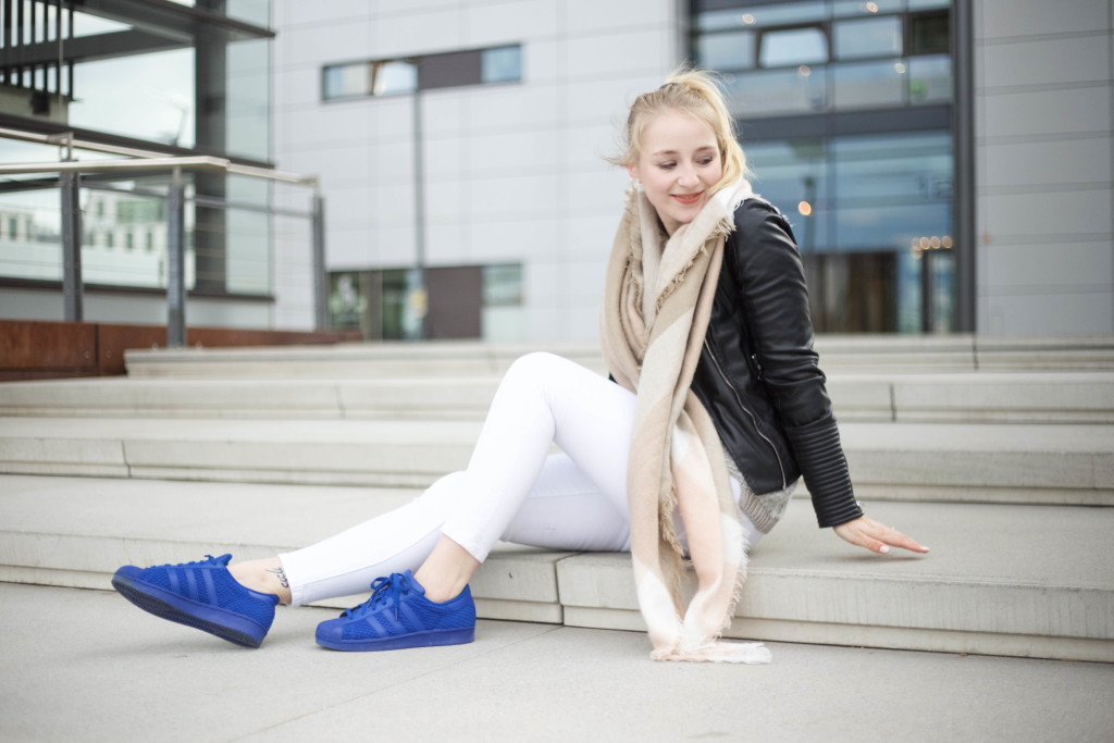 blaue-adidas-superstars-fruehlingslook-mode