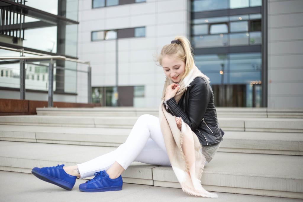 blaue-adidas-superstars-fruehlingslook-rheinauhafen