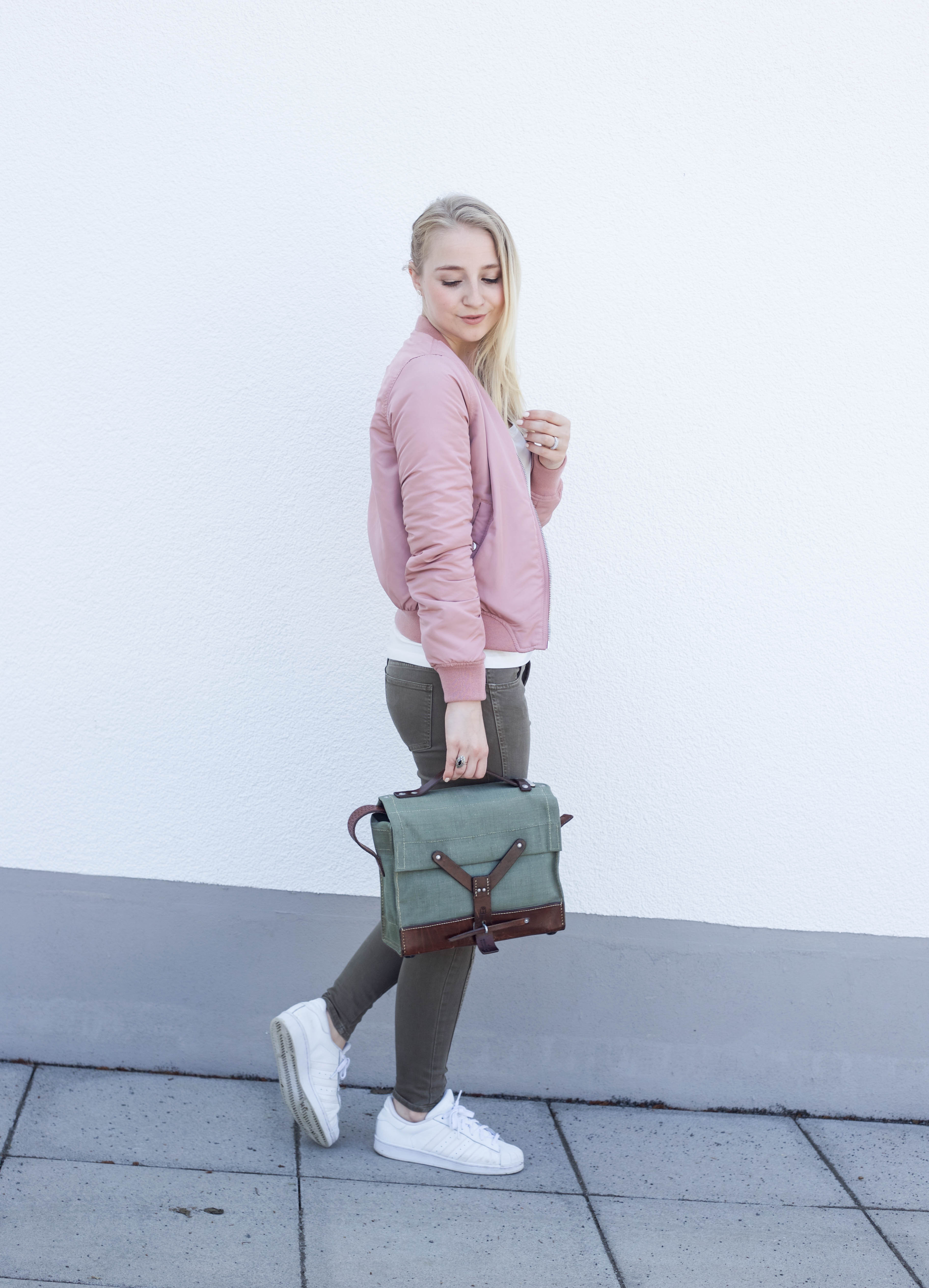 rosa-bomberjacke.weiße-sneaker-adidas superstars-outfit-fashionblog-cologne-berlin_0728