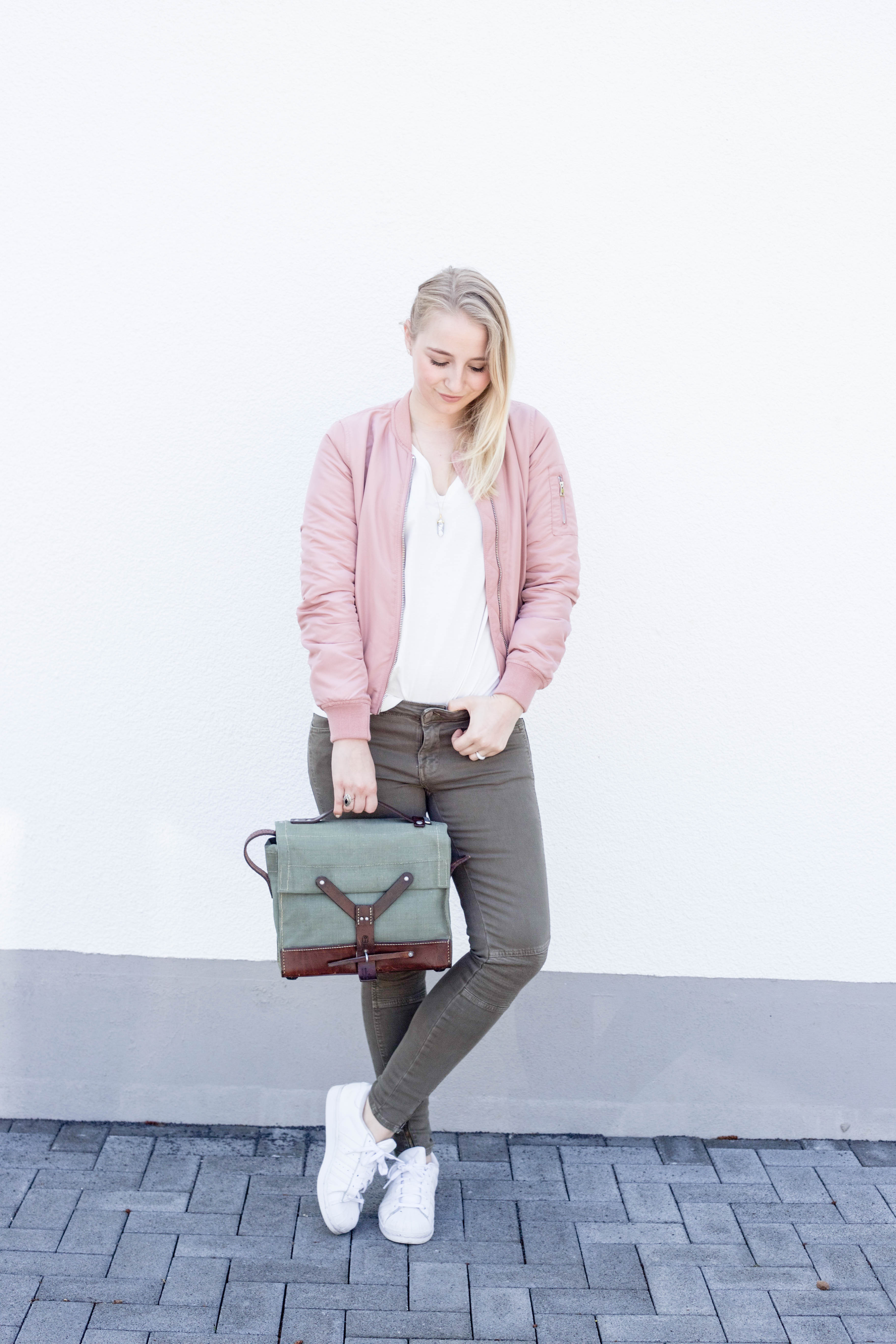 rosa-bomberjacke.weiße-sneaker-adidas superstars-outfit-fashionblog-cologne-berlin_0744