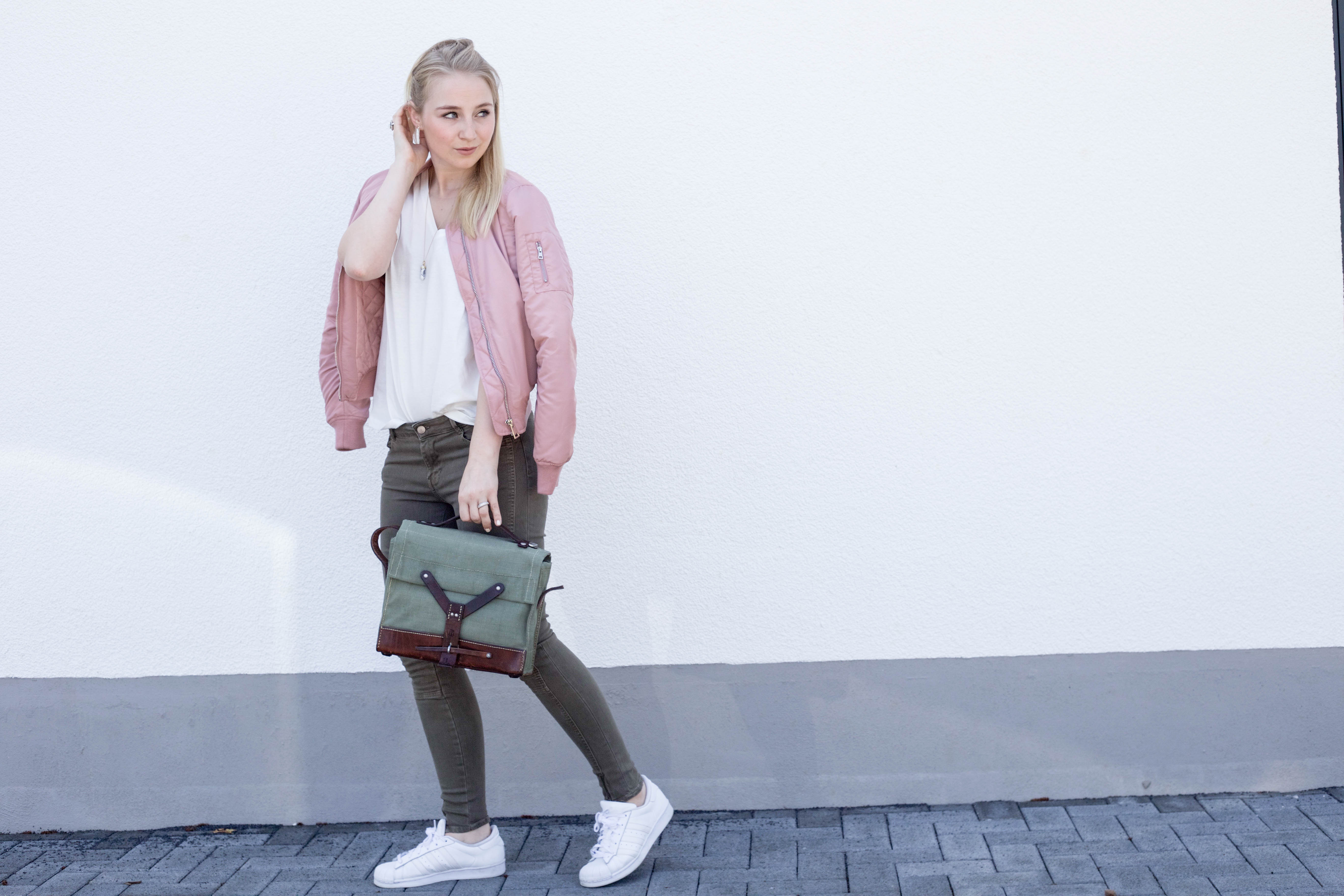 rosa-bomberjacke-weiße-sneaker-adidas superstars-outfit-fashionblog-cologne-berlin_0834