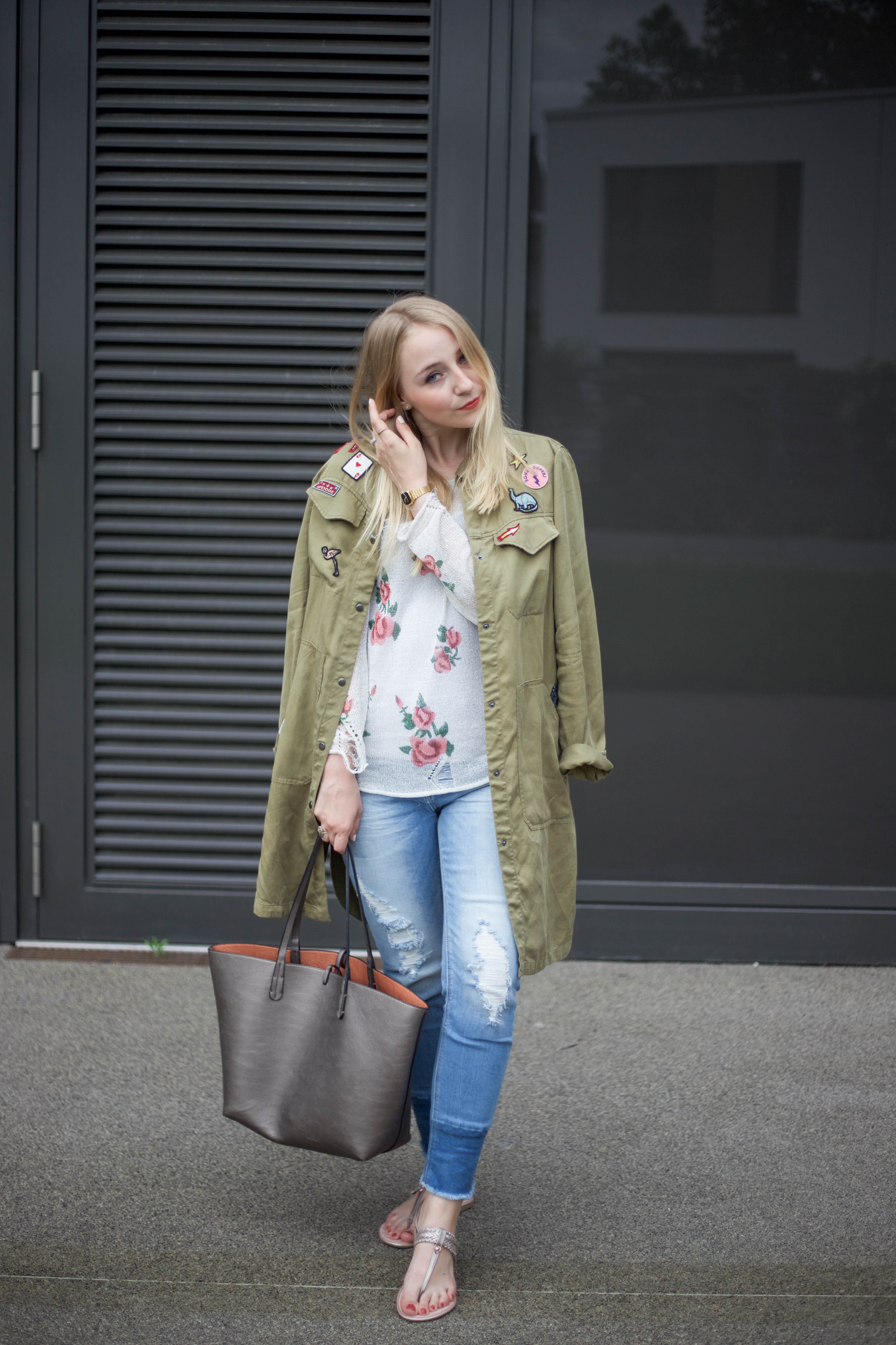 roland-schuhe-trendpage-outfit-jacke-patches-ripped-jeans_9416