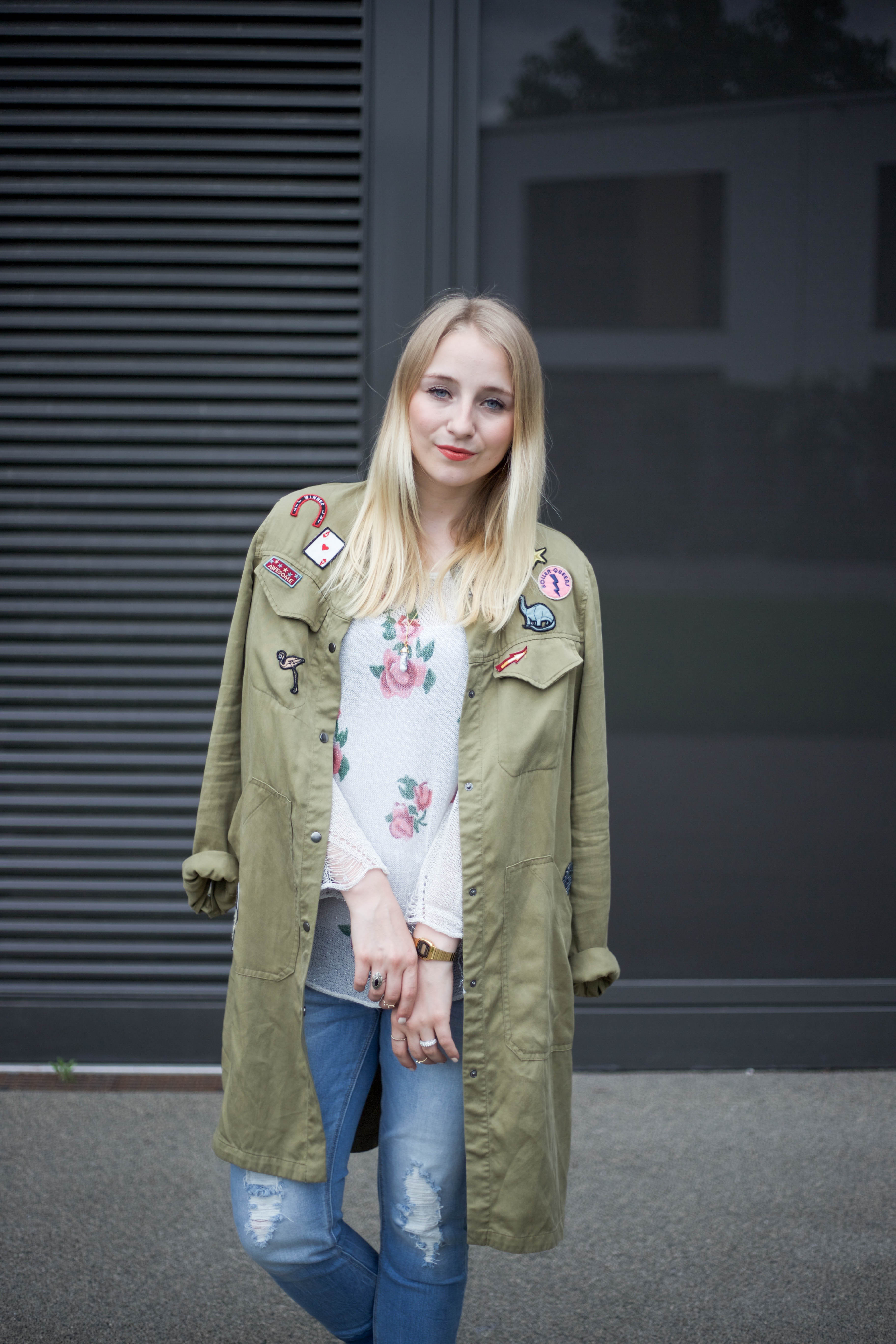 roland-schuhe-trendpage-outfit-jacke-patches-ripped-jeans_9430