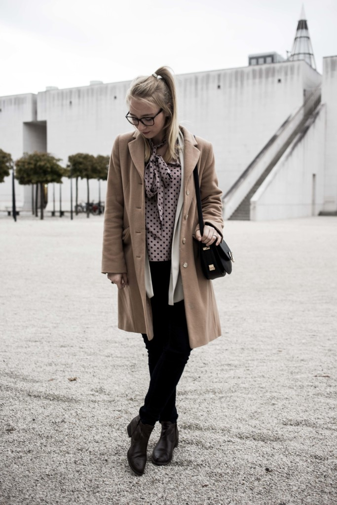 closet-london-schleifenbluse-puenktchen-herbst-outfit-camel-mantel-fashionblog-modeblog-bonn_6269