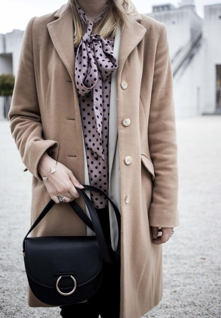 closet-london-schleifenbluse-puenktchen-herbst-outfit-camel-mantel-fashionblog-modeblog-bonn_6276