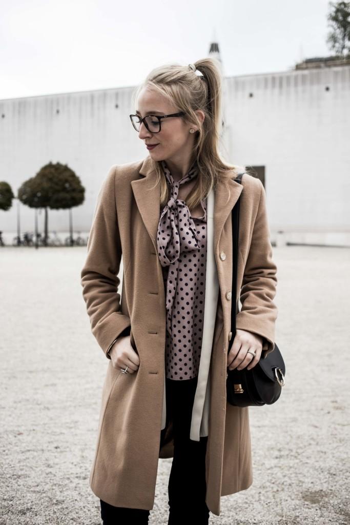 closet-london-schleifenbluse-puenktchen-herbst-outfit-camel-mantel-fashionblog-modeblog-bonn_6298