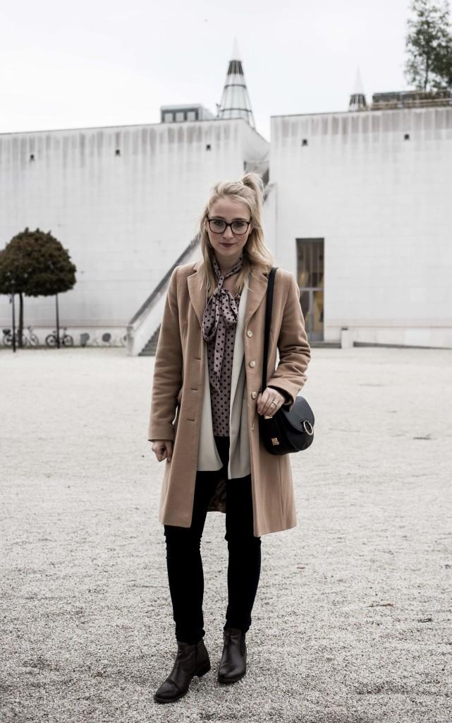 closet-london-schleifenbluse-puenktchen-herbst-outfit-camel-mantel-fashionblog-modeblog-bonn_6278