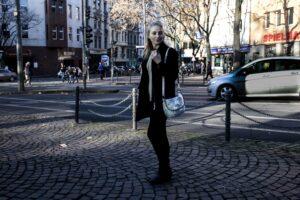 Alltagslook: Allblack mit Akzenten für die Weihnachtsmarktzeit | Outfit