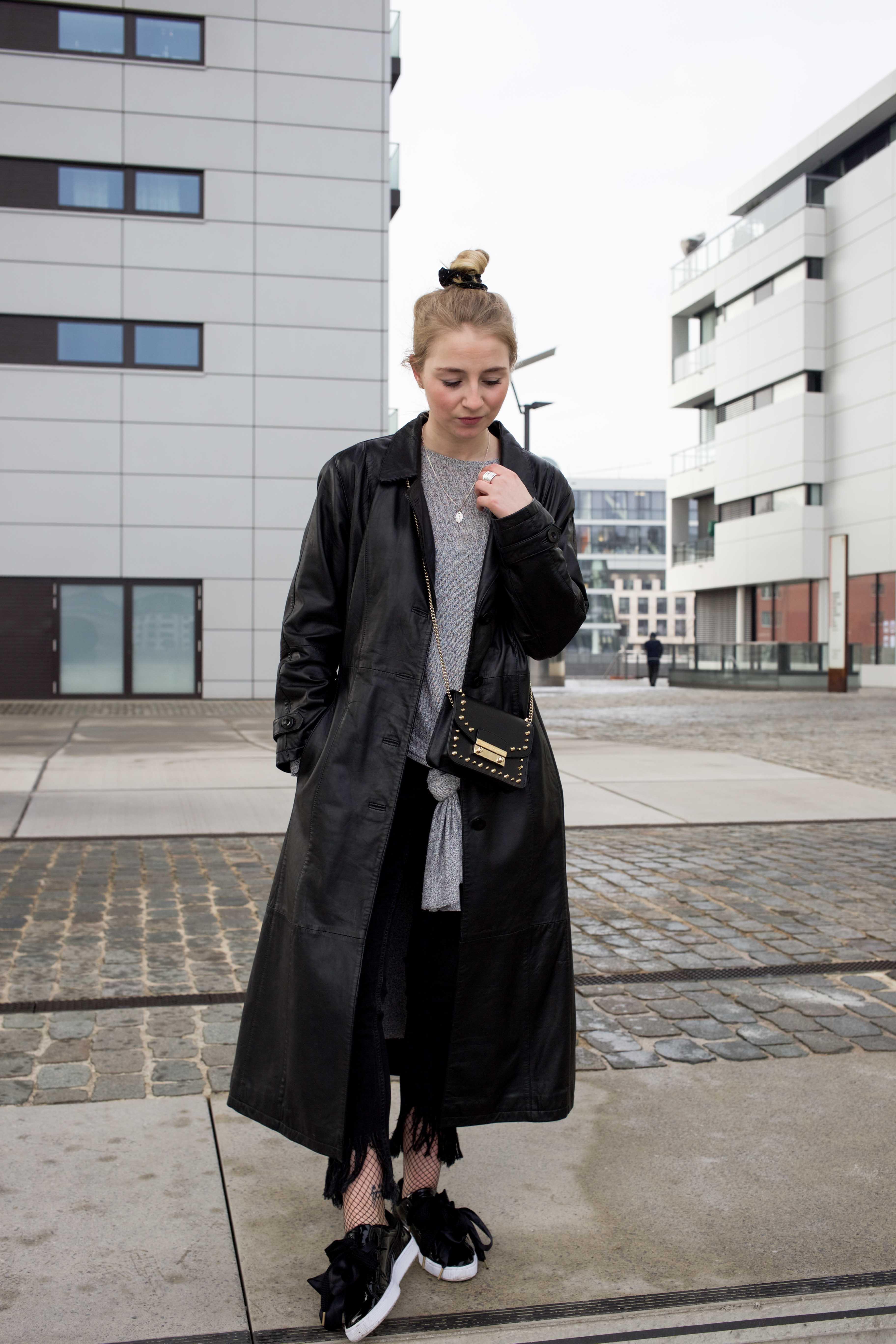 Netzstrumpfhose-kombinieren-Trend-Outfit-Fashionblog-PUMA-Basket-Ledermantel_9432