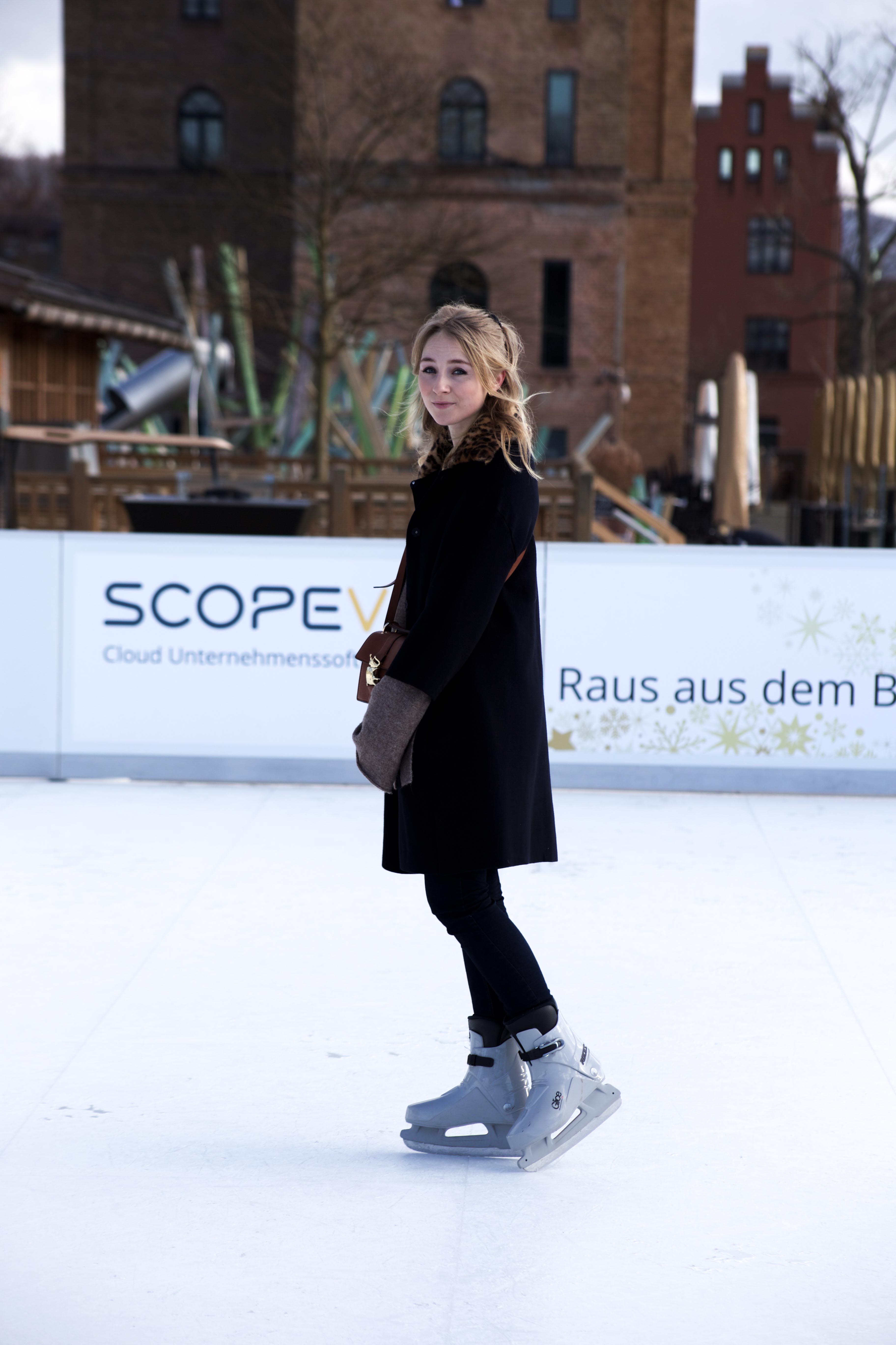 schlittschuhlaufen-winter-outfit-leo-kragen-tasche-käfer_8928