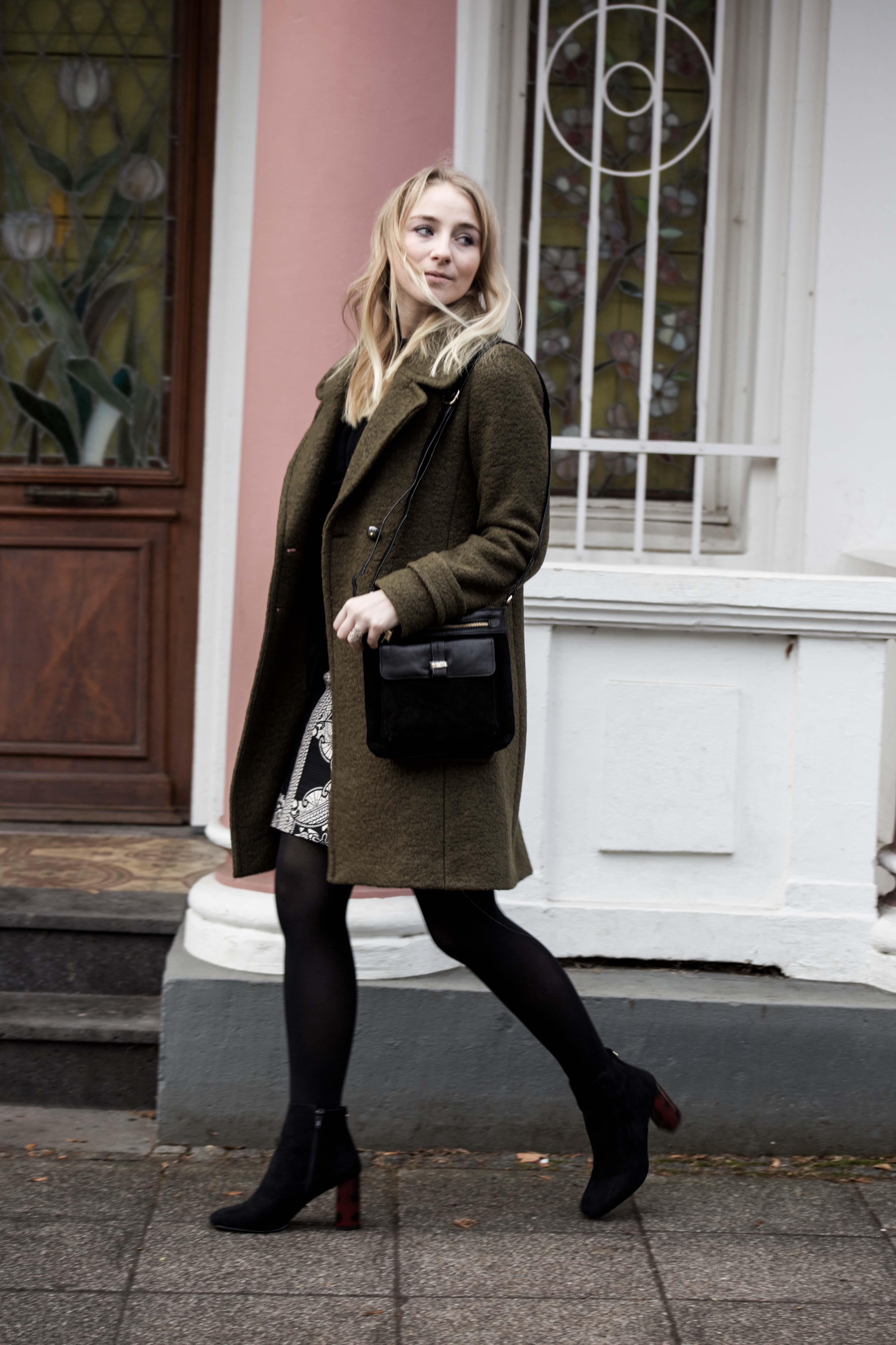streetstyle-bonn-waldgrüner-mantel-rock-muster-print-fashionblogger-modeblog-mode-outfit_0069