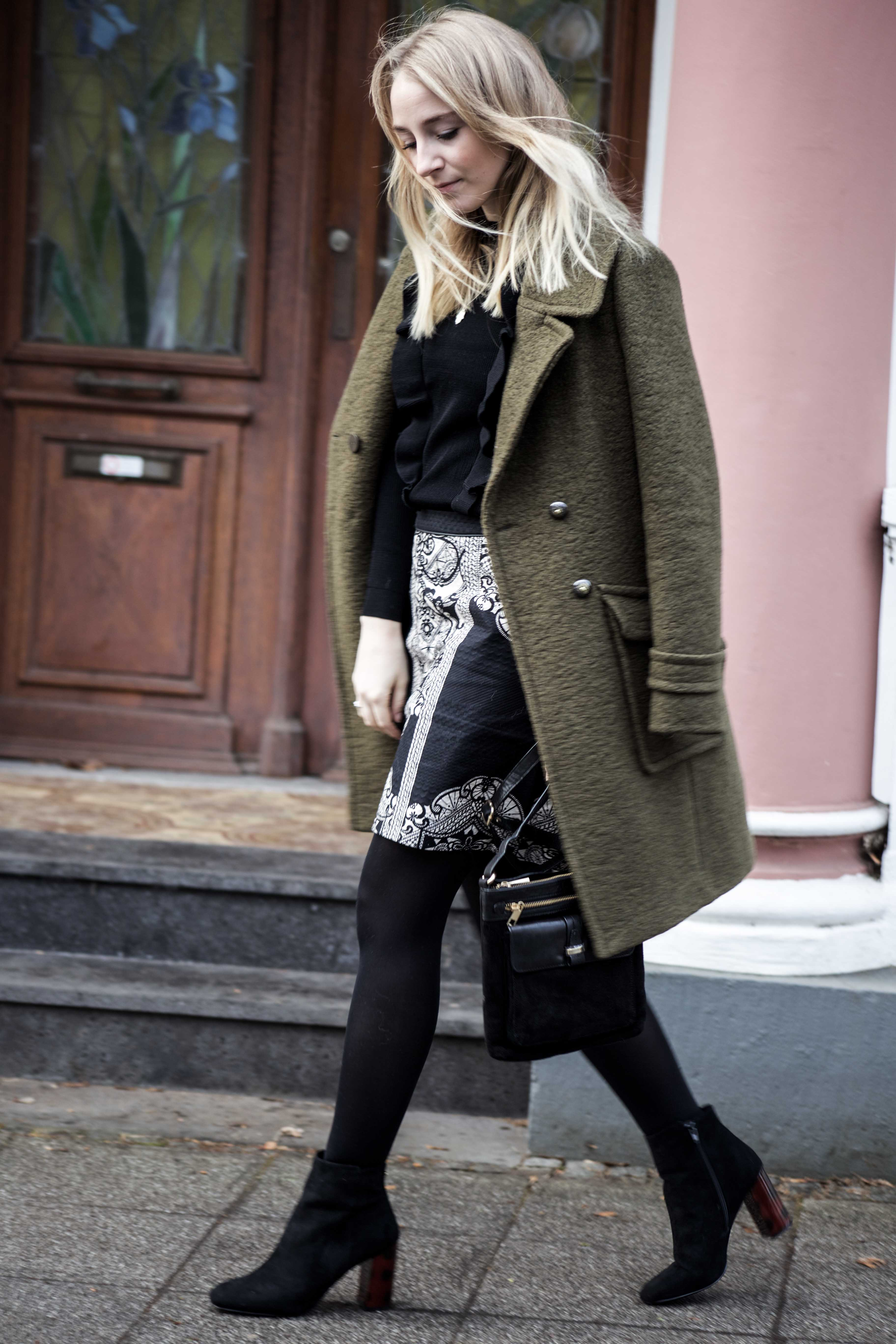 streetstyle-bonn-waldgrüner-mantel-rock-muster-print-fashionblogger-modeblog-mode-outfit_0089