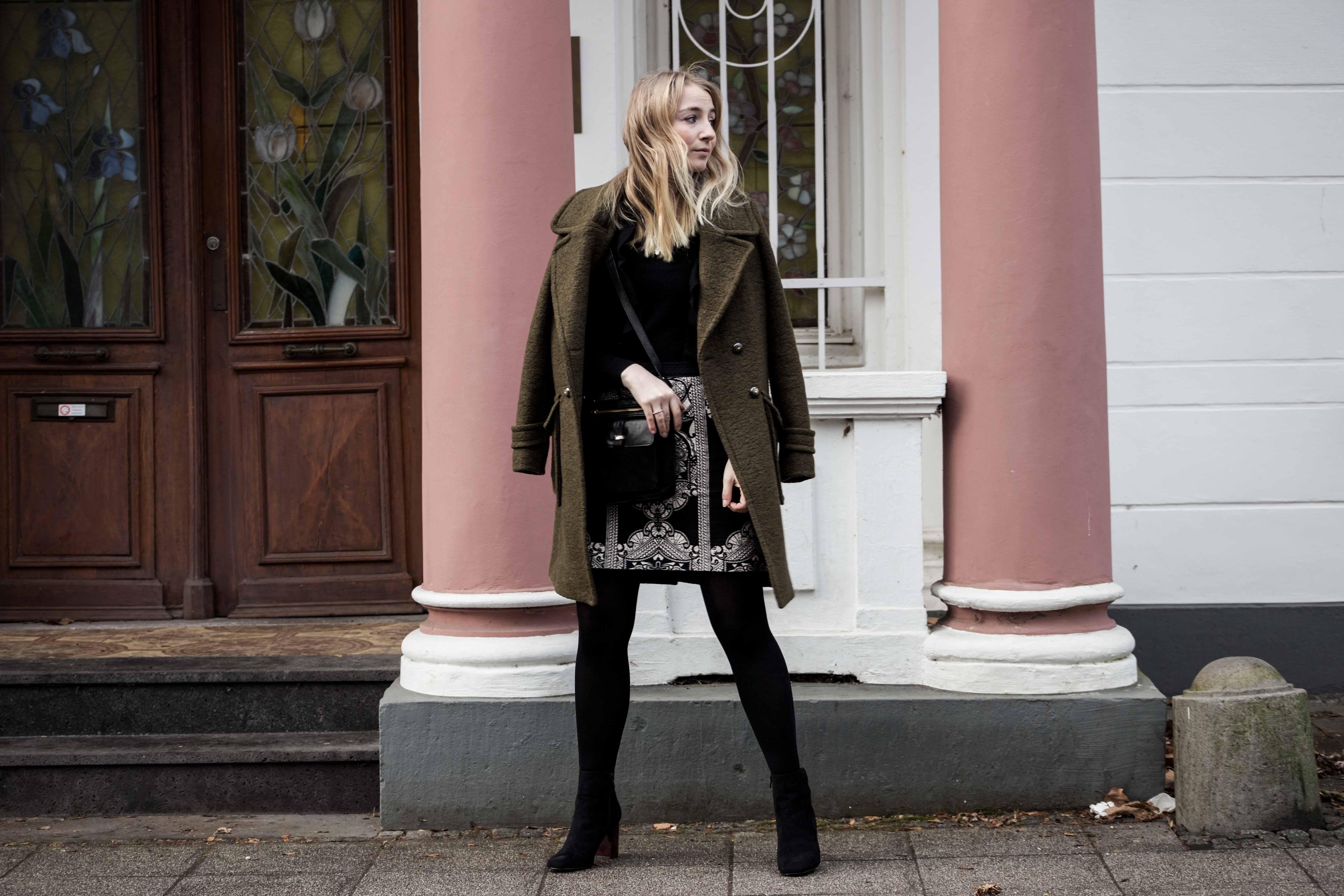 streetstyle-bonn-waldgrüner-mantel-rock-muster-print-fashionblogger-modeblog-mode-outfit_0098