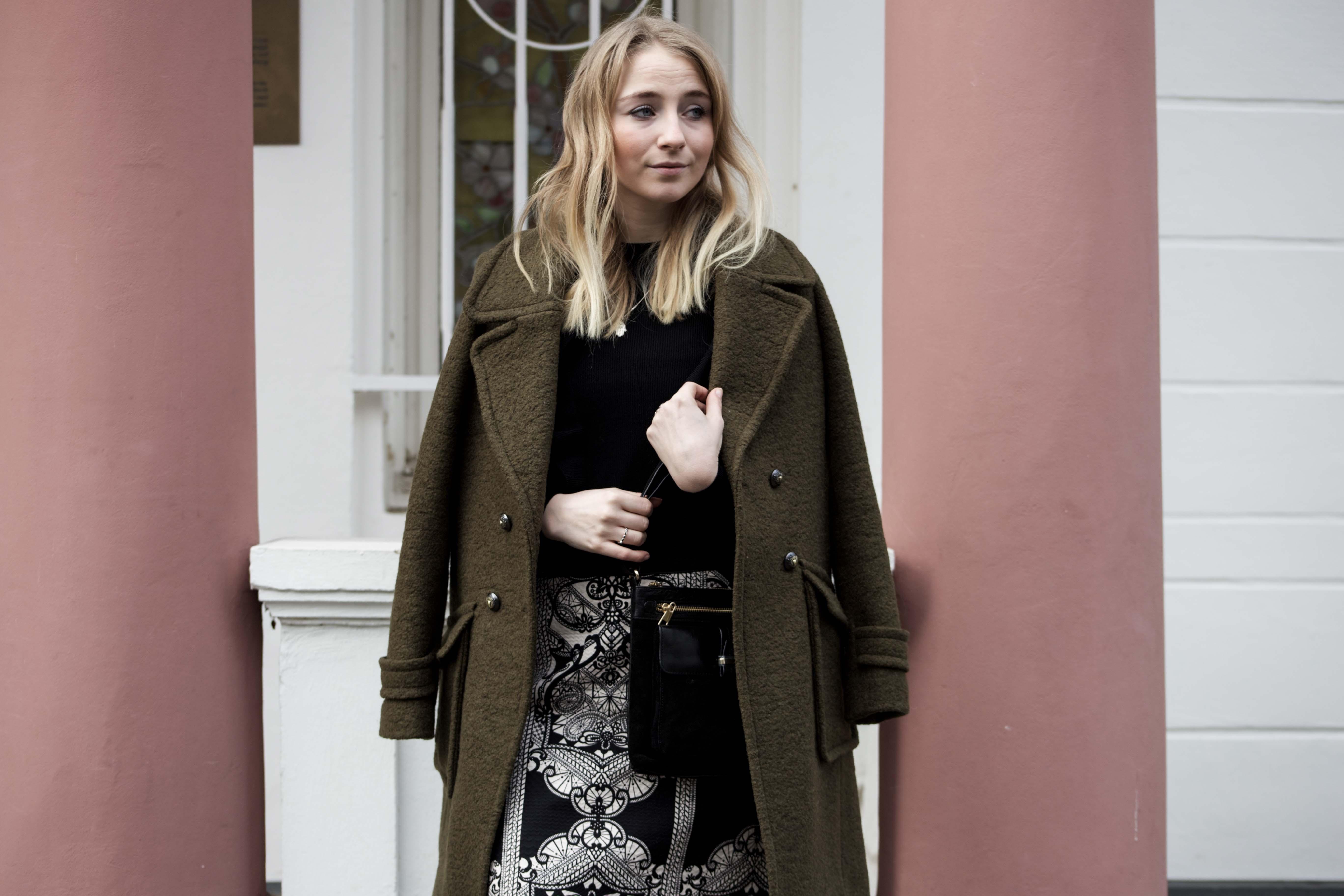 streetstyle-bonn-waldgrüner-mantel-rock-muster-print-fashionblogger-modeblog-mode-outfit_0116