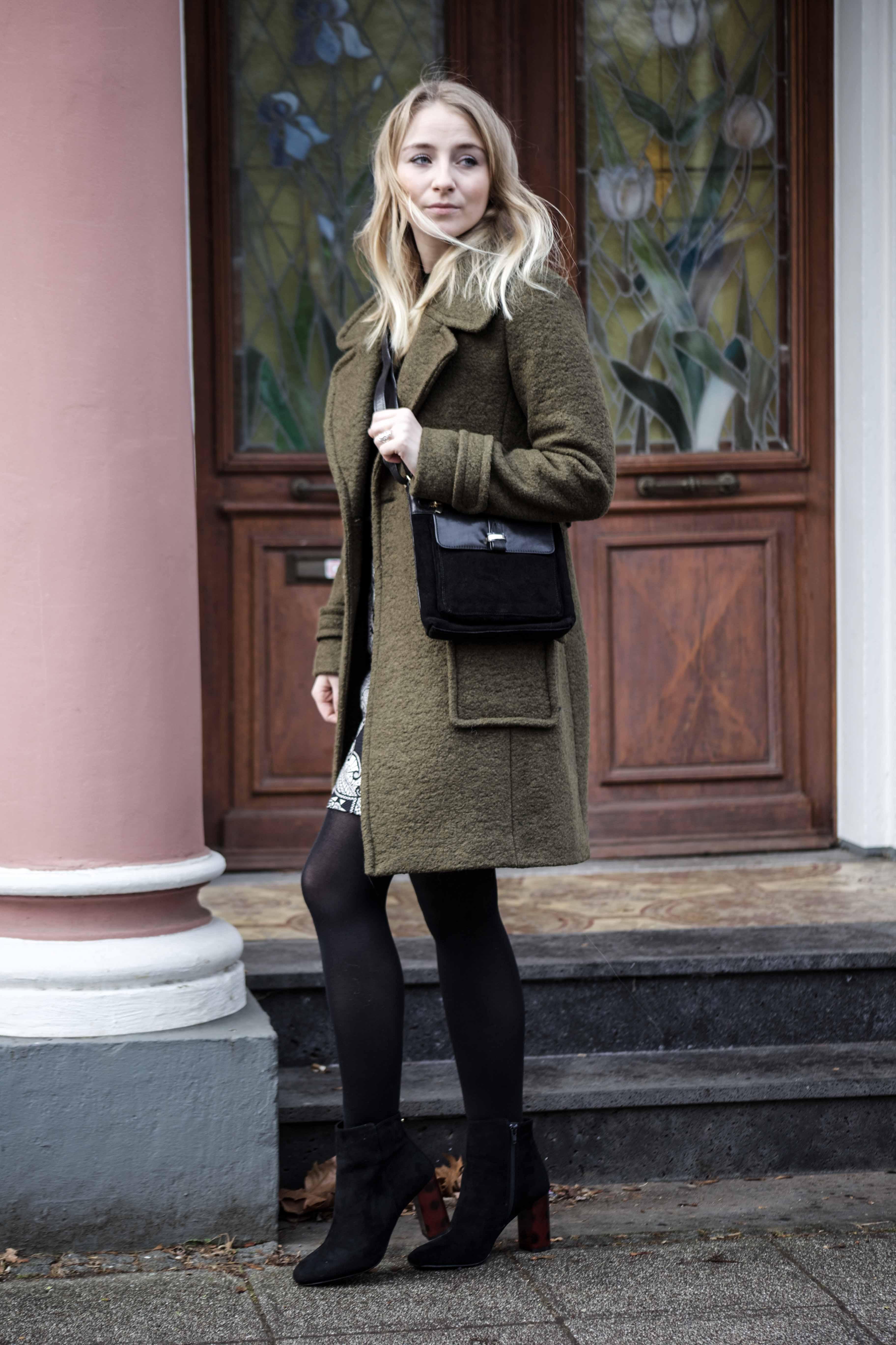 streetstyle-bonn-waldgrüner-mantel-rock-muster-print-fashionblogger-modeblog-mode-outfit_0057