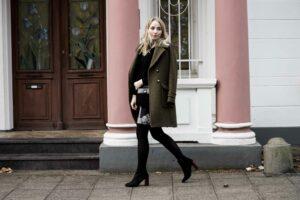 Streetstyle: Waldgrüner Mantel, Rock mit Muster, Leo-Absatz Stiefel | Outfit