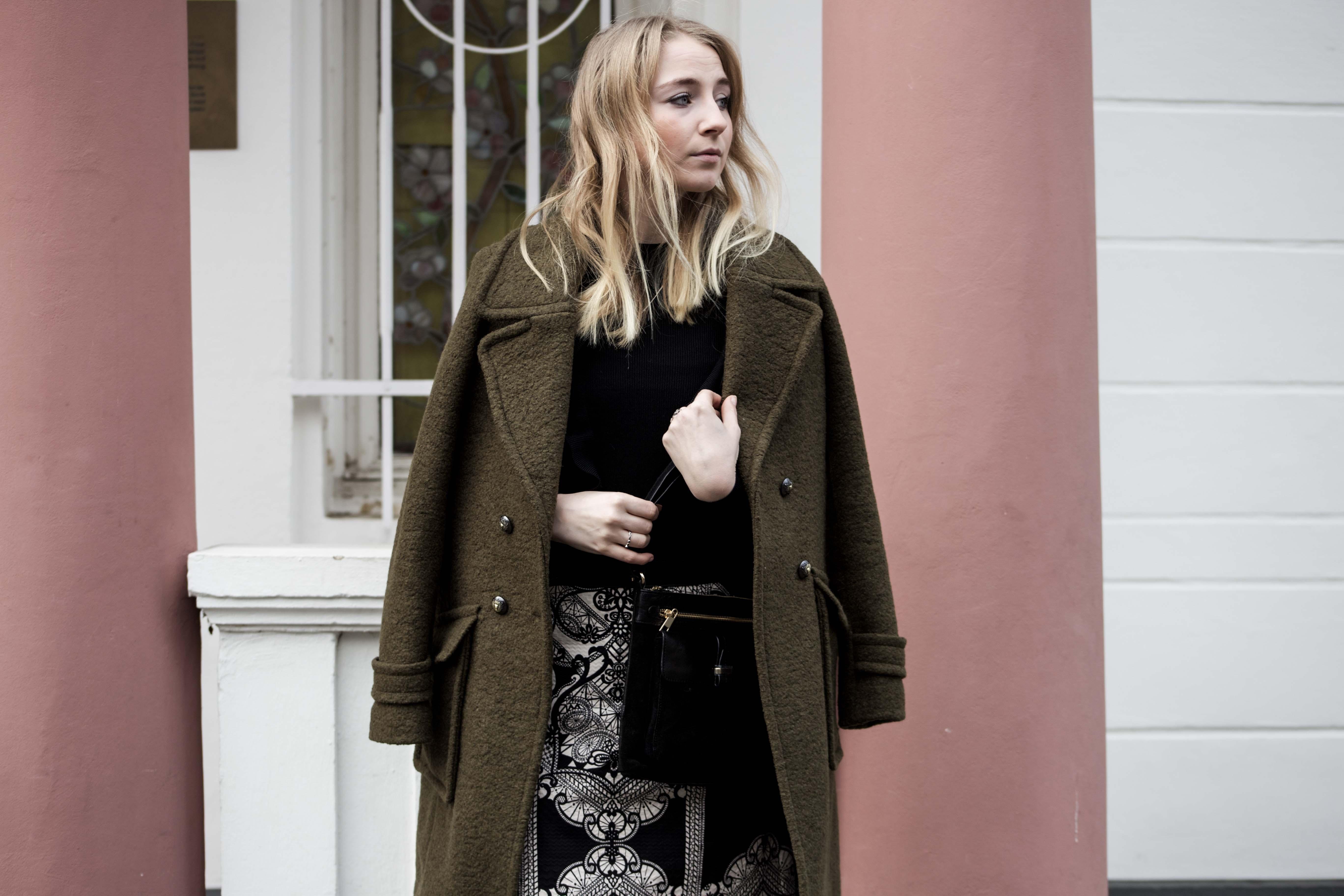 streetstyle-bonn-waldgrüner-mantel-rock-muster-print-fashionblogger-modeblog-mode-outfit_0114