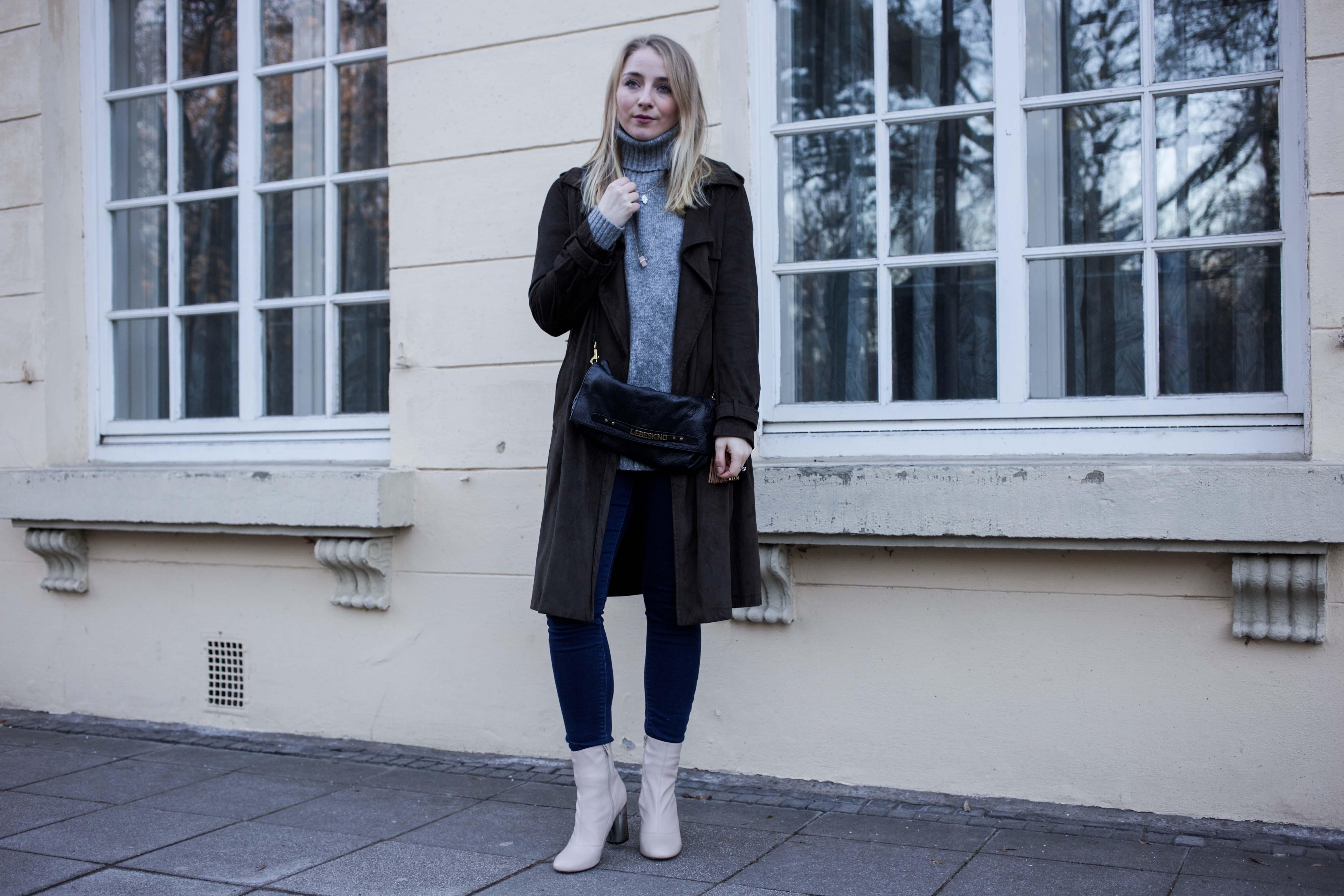 Turtleneck, Trench Coat, Lederstiefel mit Silberabsatz | Outfit