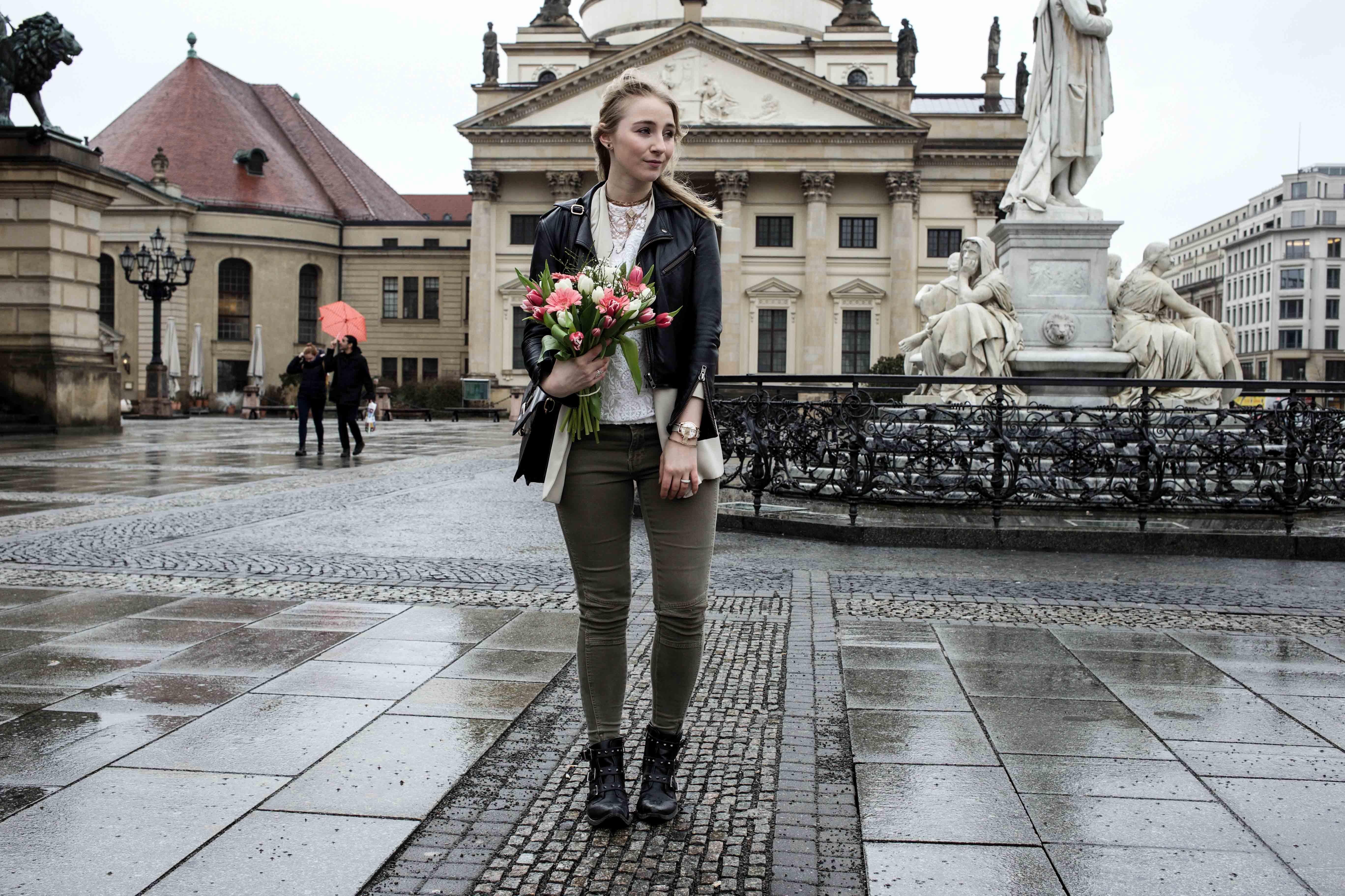 grüne-biker-jeans-geburtstags-outfit-lederjacke-berlin-gendarmenmarkt-modeblogger-fashionblog_0402