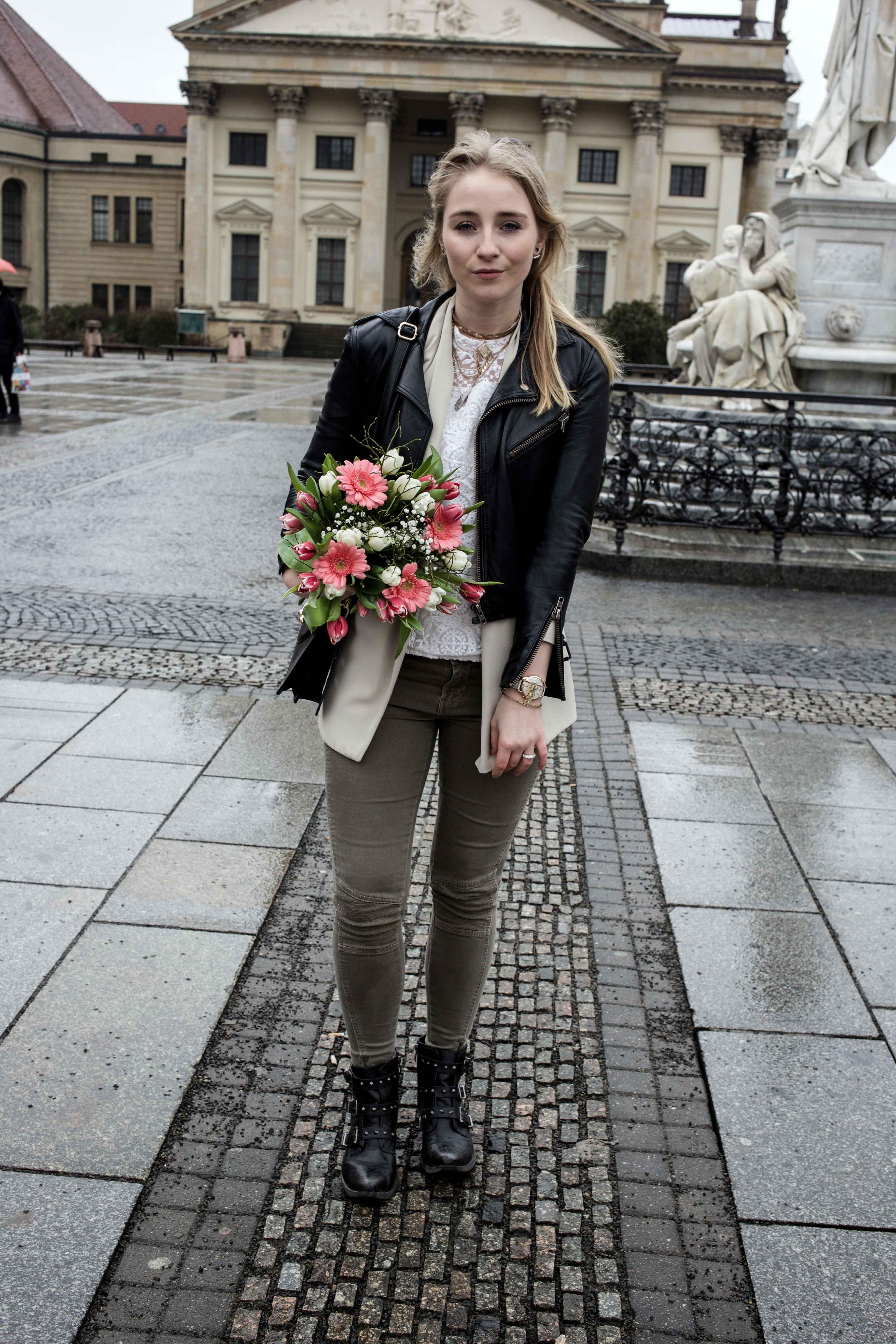 grüne-biker-jeans-geburtstags-outfit-lederjacke-berlin-gendarmenmarkt-modeblogger-fashionblog_0411