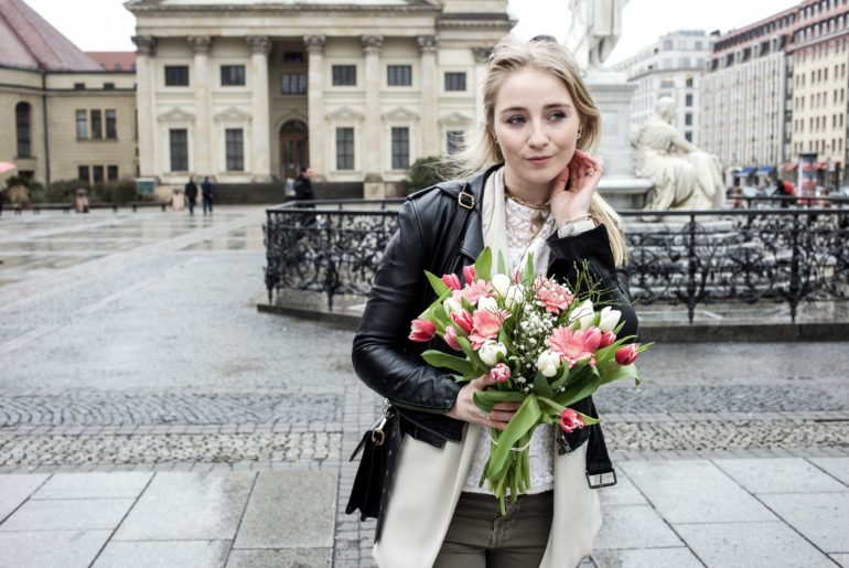 grüne-biker-jeans-geburtstags-outfit-lederjacke-berlin-gendarmenmarkt-modeblogger-fashionblog_0414