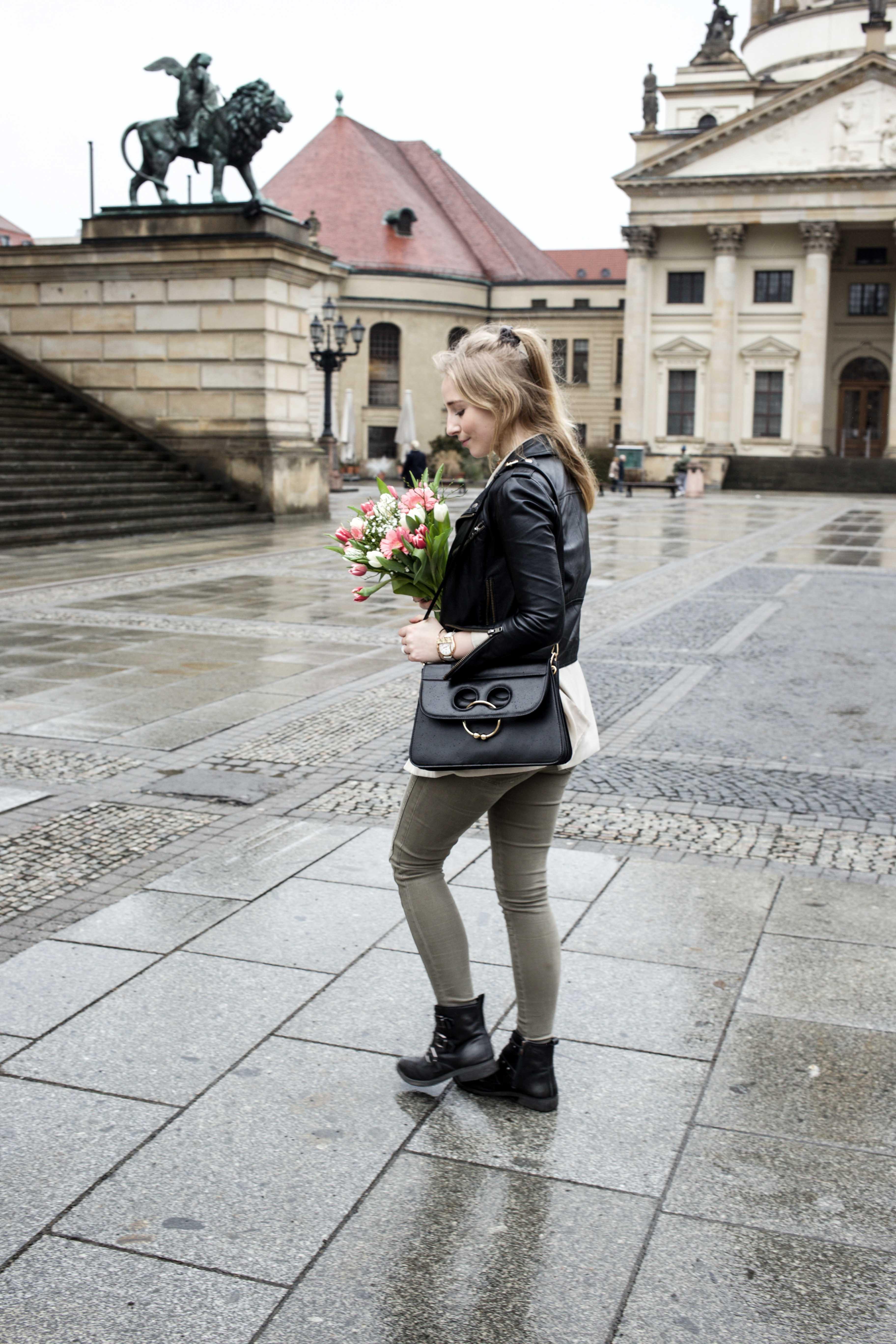grüne-biker-jeans-geburtstags-outfit-lederjacke-berlin-gendarmenmarkt-modeblogger-fashionblog_0456