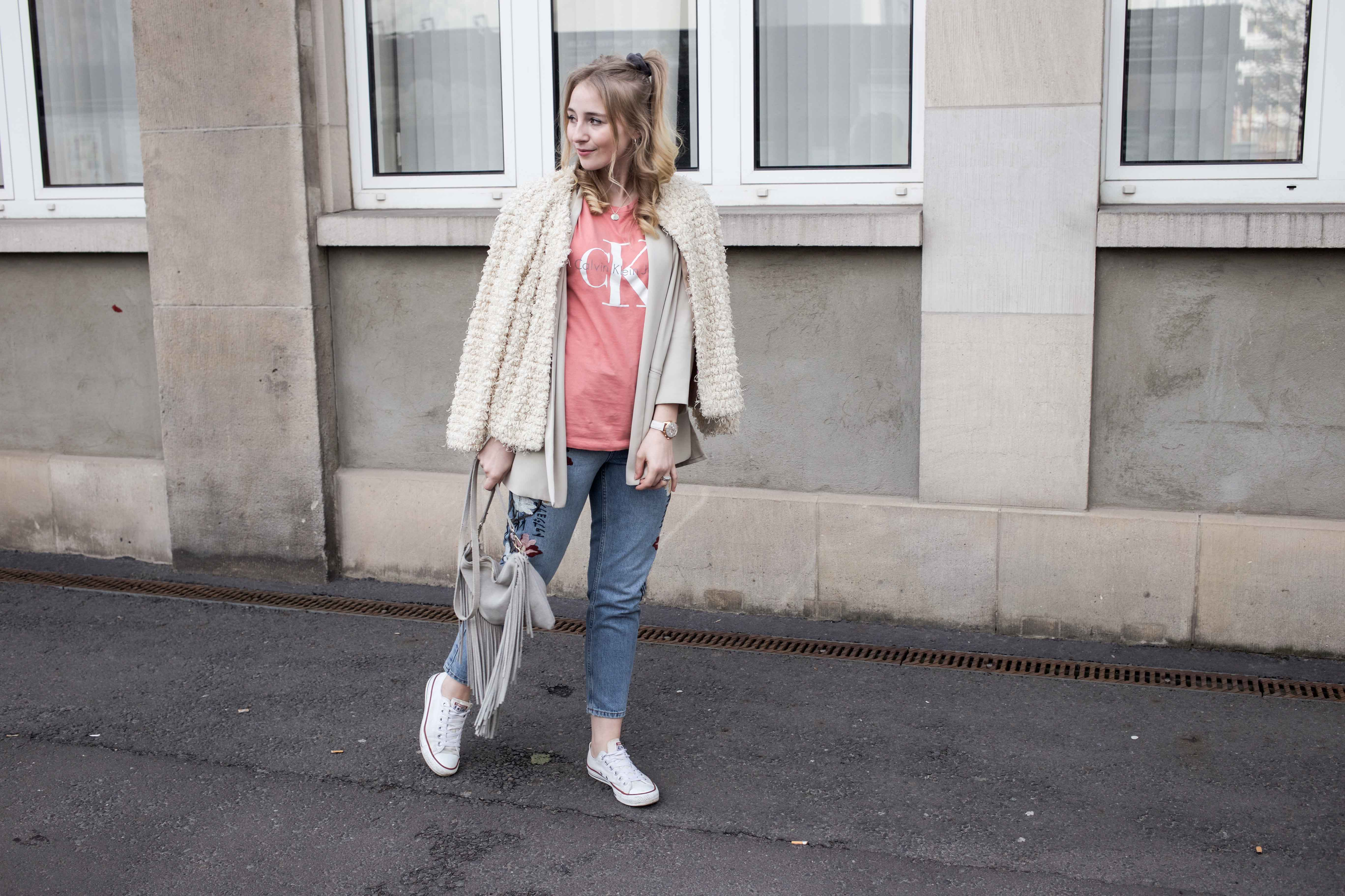 Frühlingslook-Berlin-Mom-Jeans-Blumenprint-Fashionblog-Blogger-Calvin-Klein-Tshirt-streetstyle_4695