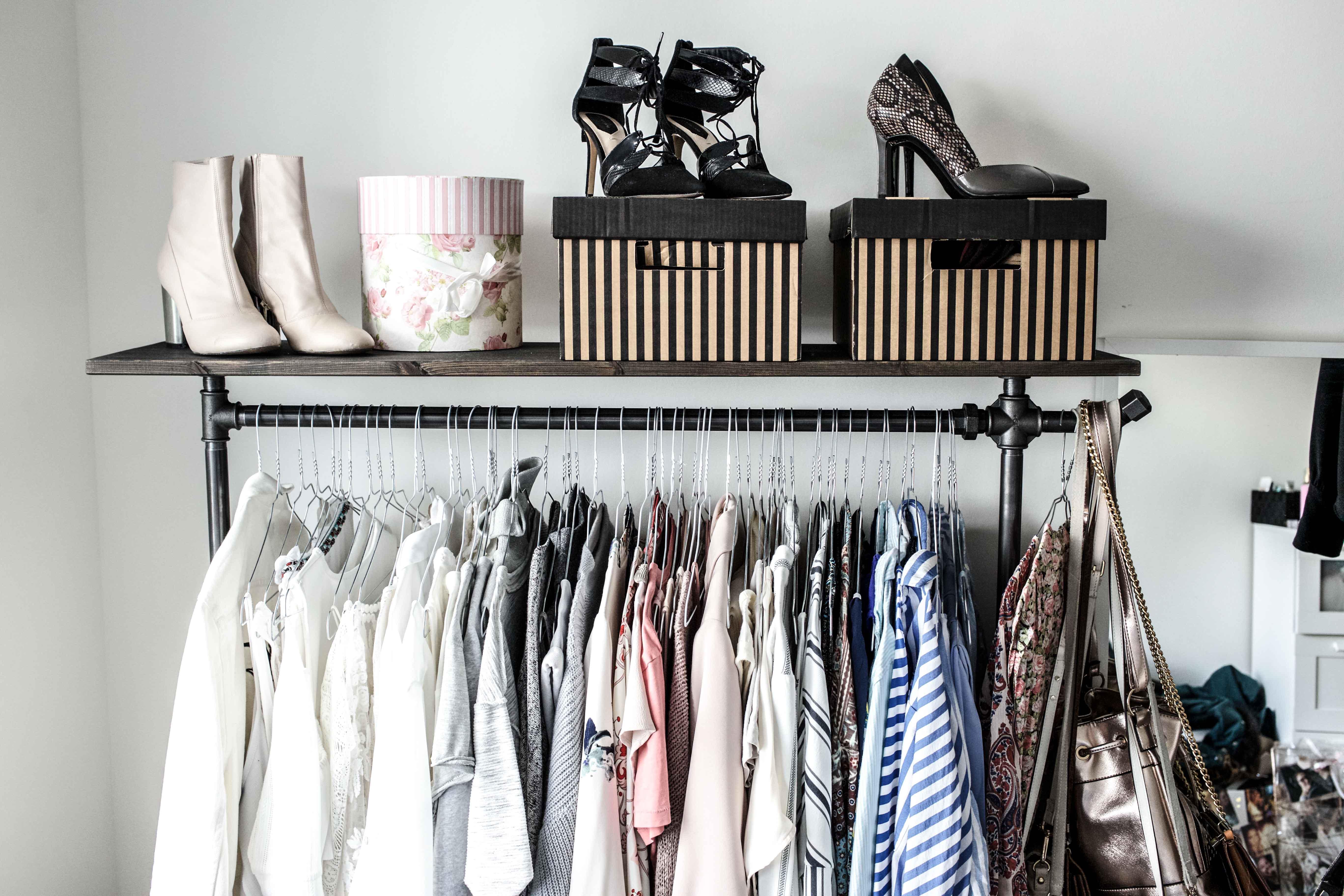 erste einblicke in mein offenes kleiderschranksystem interior. Black Bedroom Furniture Sets. Home Design Ideas