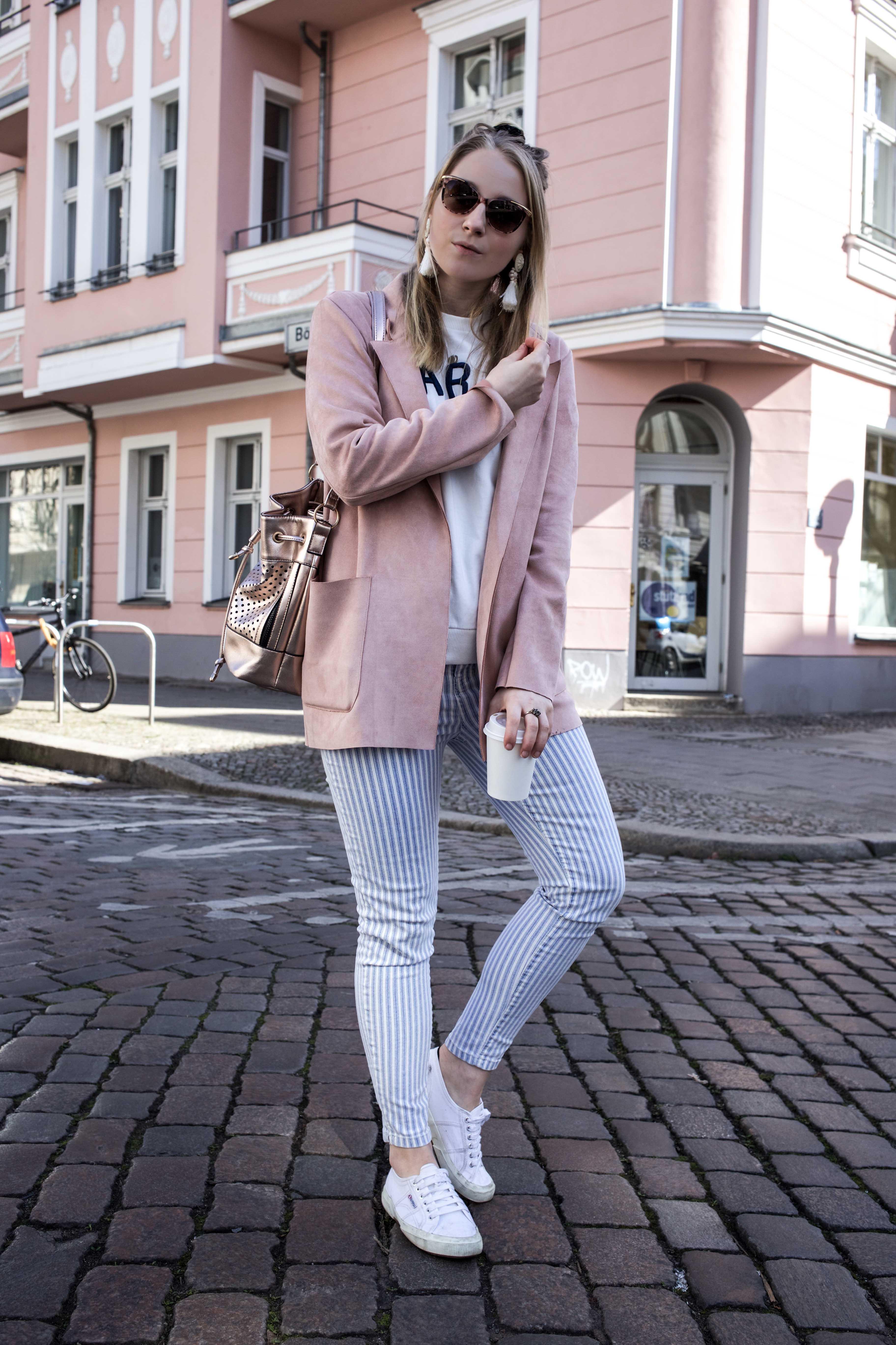 spring-look-frühlingsoutfit-rosegold-rosa-gestreifte-jeans-prenzlauer-berg_5127