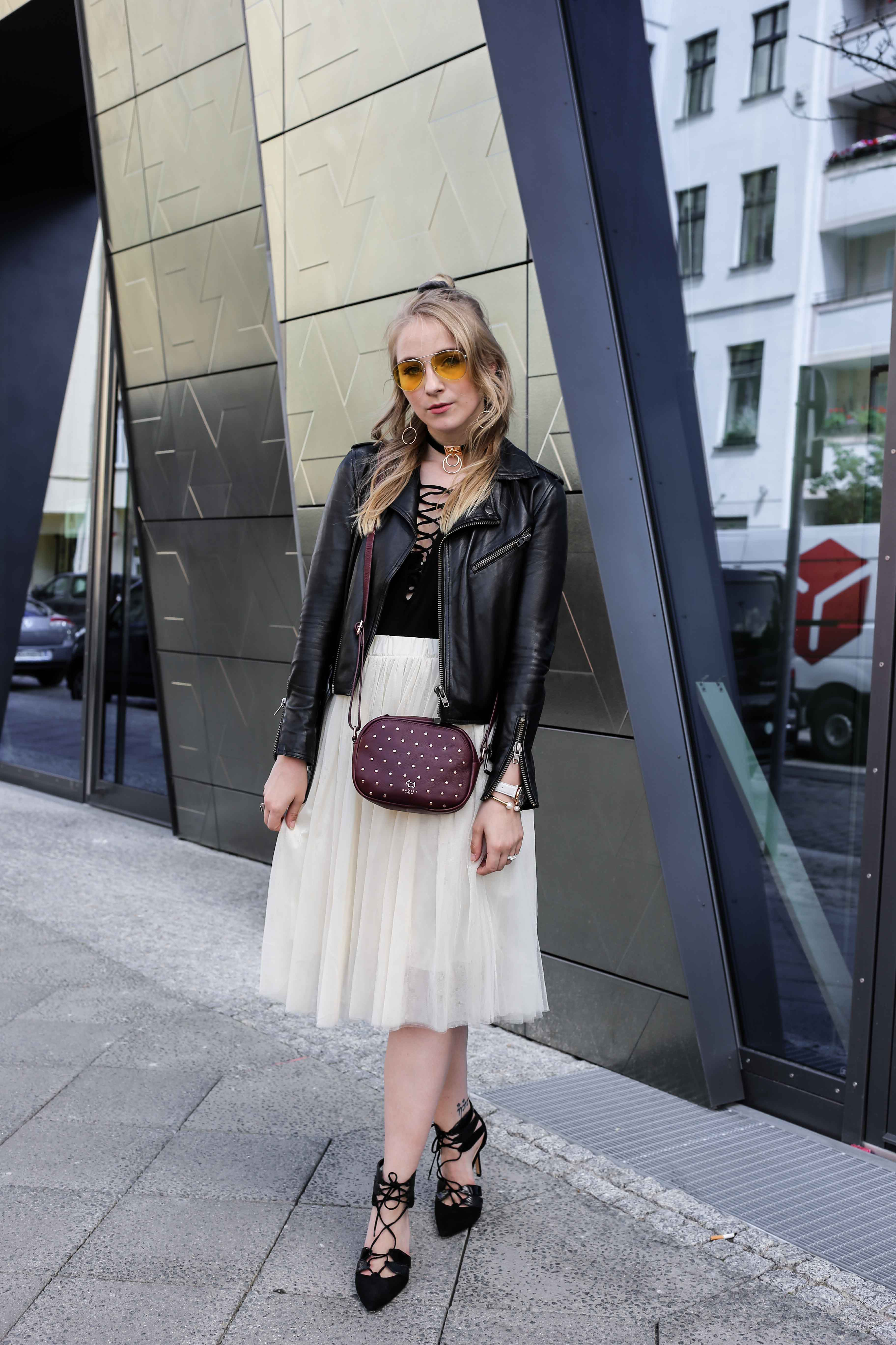 fashion-week-look-schnürbody-plisseerock-retro-sonnenbrille-fashionblog-modeblog-berlin-köln_8763