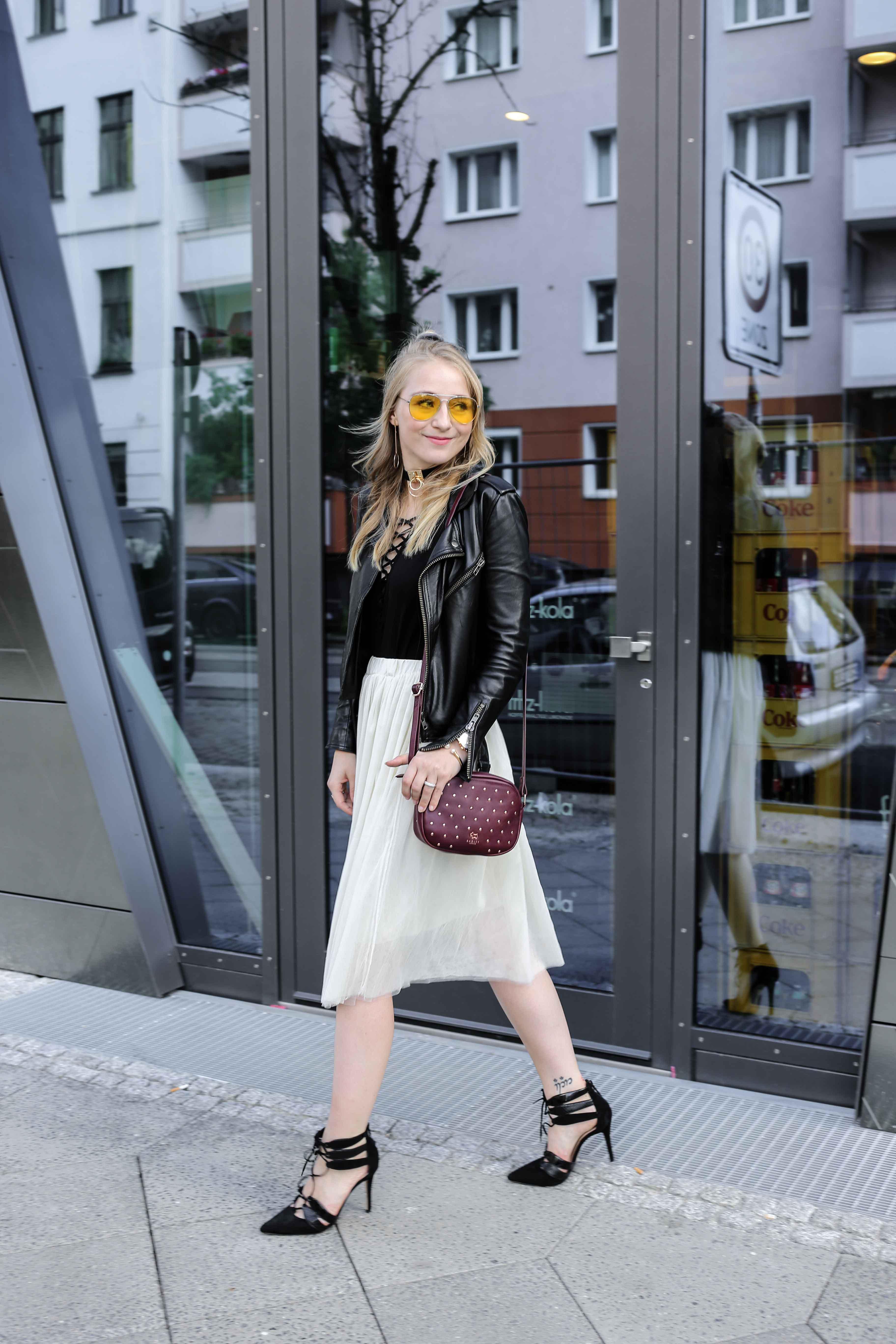 fashion-week-look-schnürbody-plisseerock-retro-sonnenbrille-fashionblog-modeblog-berlin-köln_8792