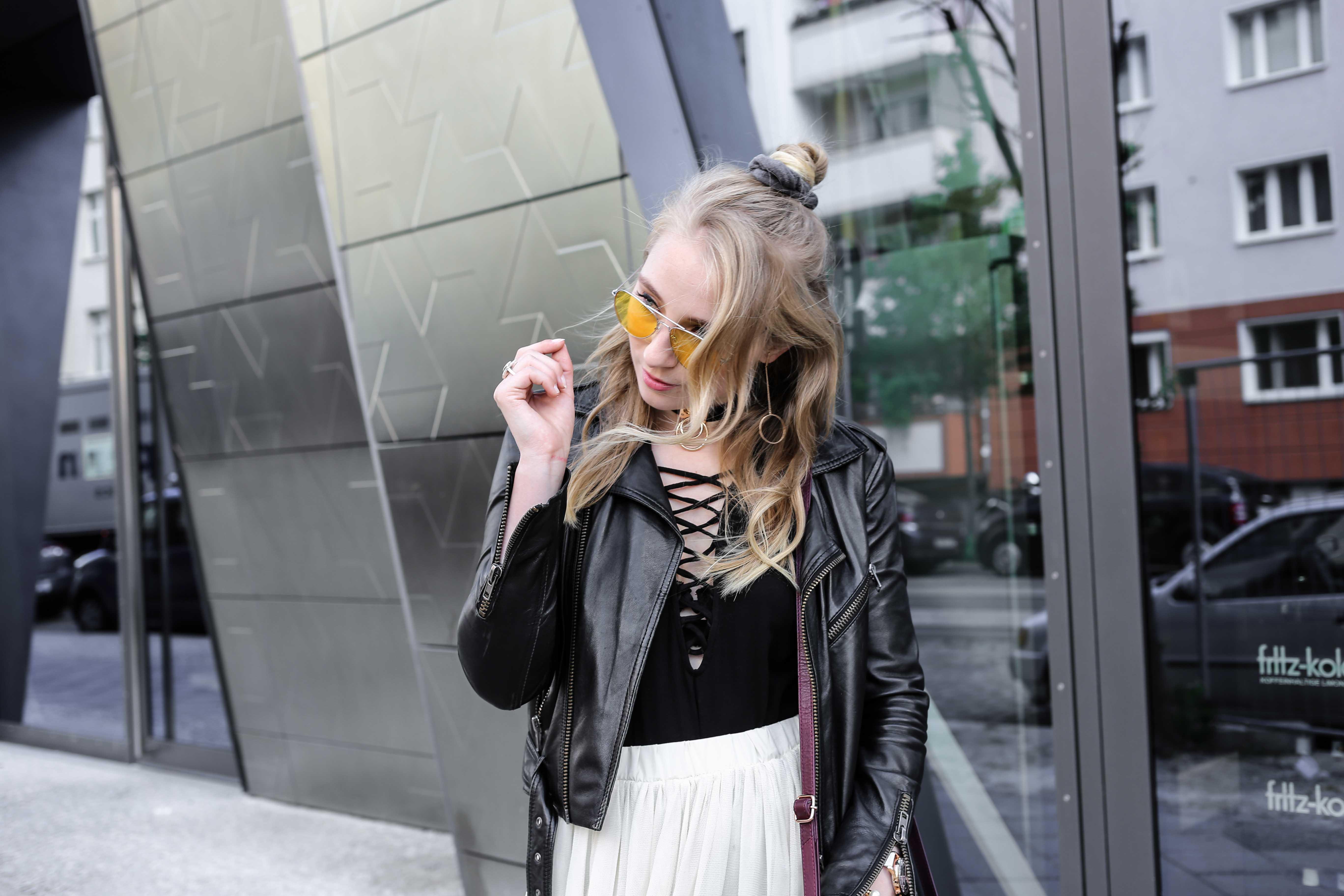 fashion-week-look-schnürbody-plisseerock-retro-sonnenbrille-fashionblog-modeblog-berlin-köln_8812