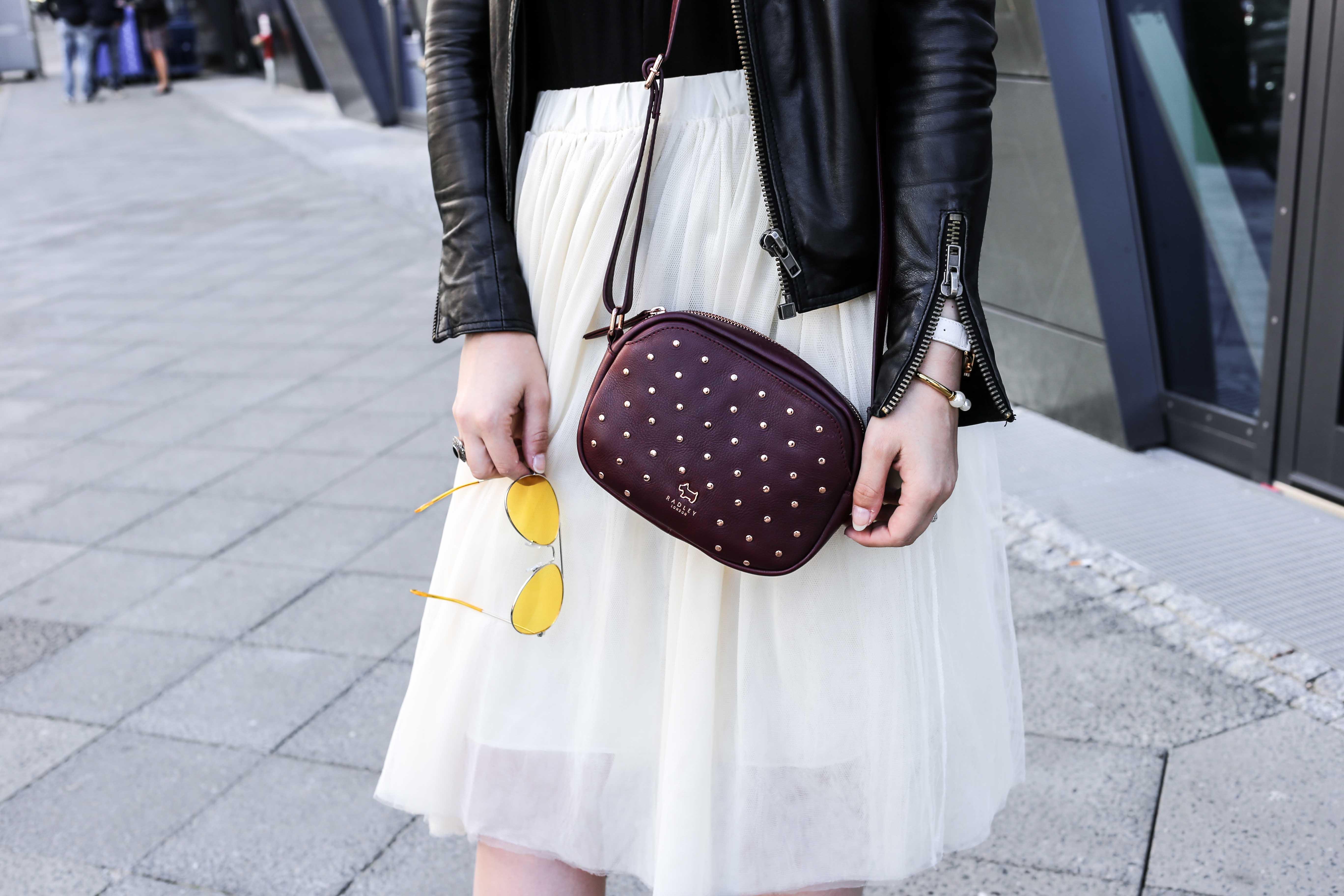 fashion-week-look-schnürbody-plisseerock-retro-sonnenbrille-fashionblog-modeblog-berlin-köln_8839