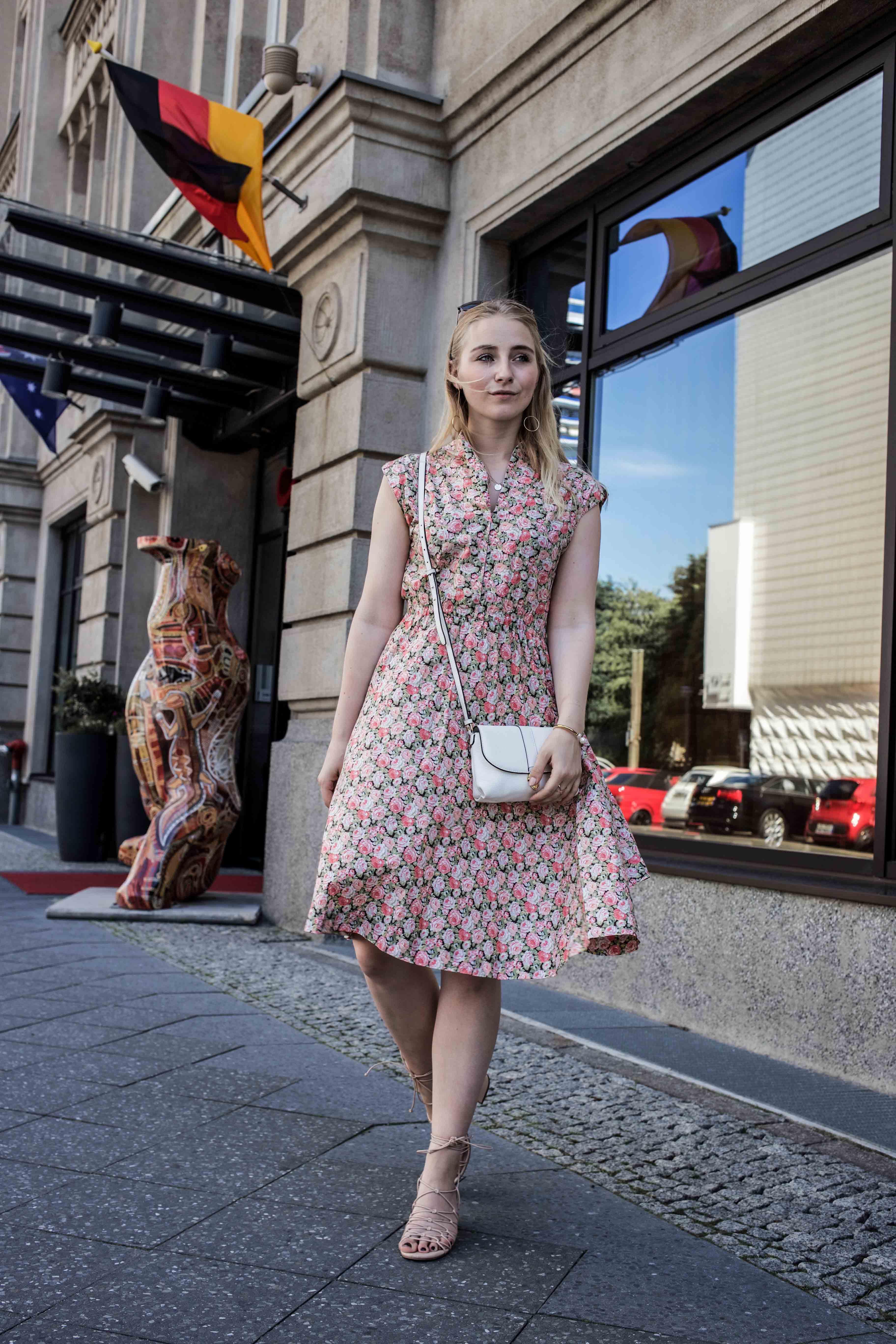 80er-jahre-blumenkleid-paris-vintage-lover-second-hand-outfit-look-fashionblogger-modeblog_7740