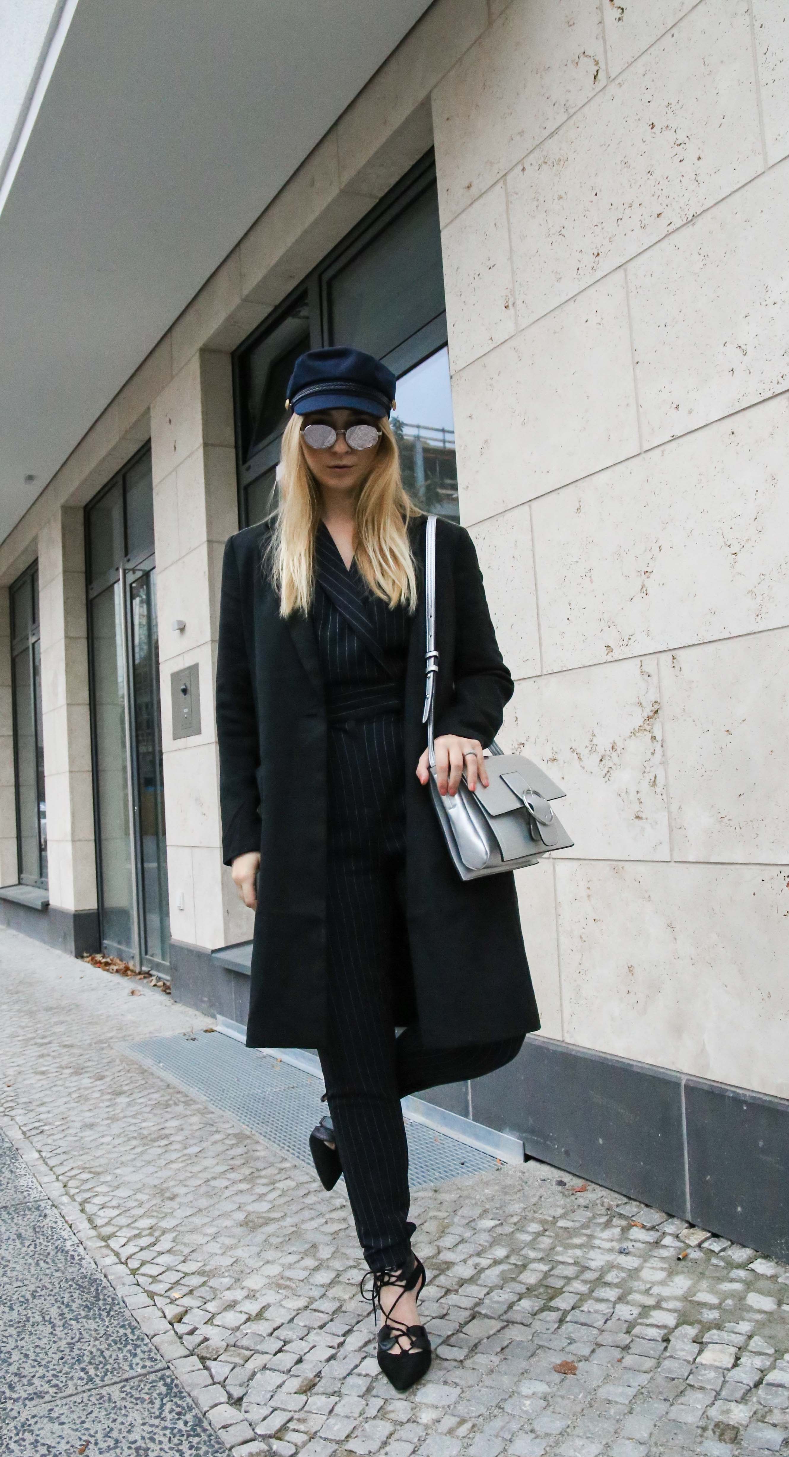 baskenmütze-overall-silber-umhängetasche-jumpsuit-outfit-blogger-berlin_1844