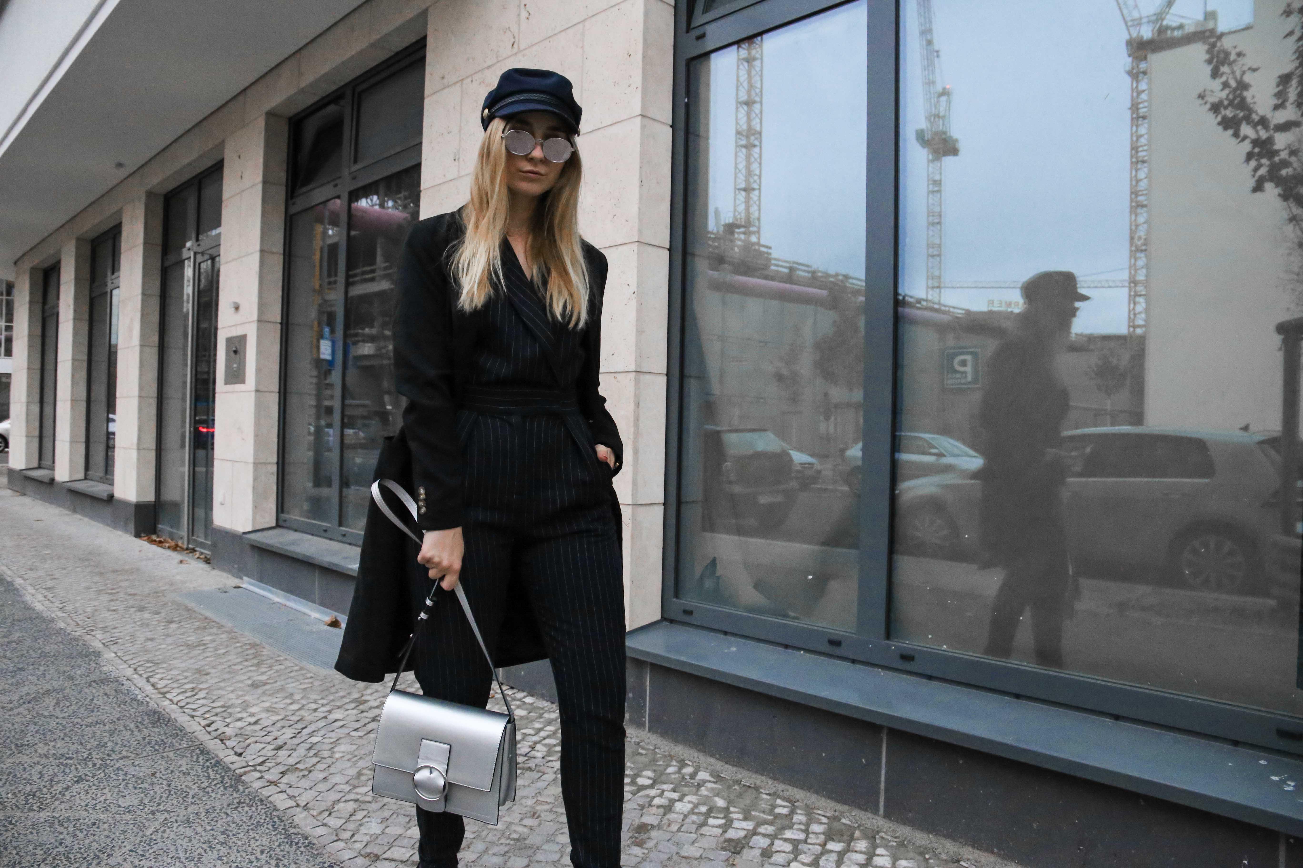 baskenmütze-overall-silber-umhängetasche-jumpsuit-outfit-blogger-berlin_1981