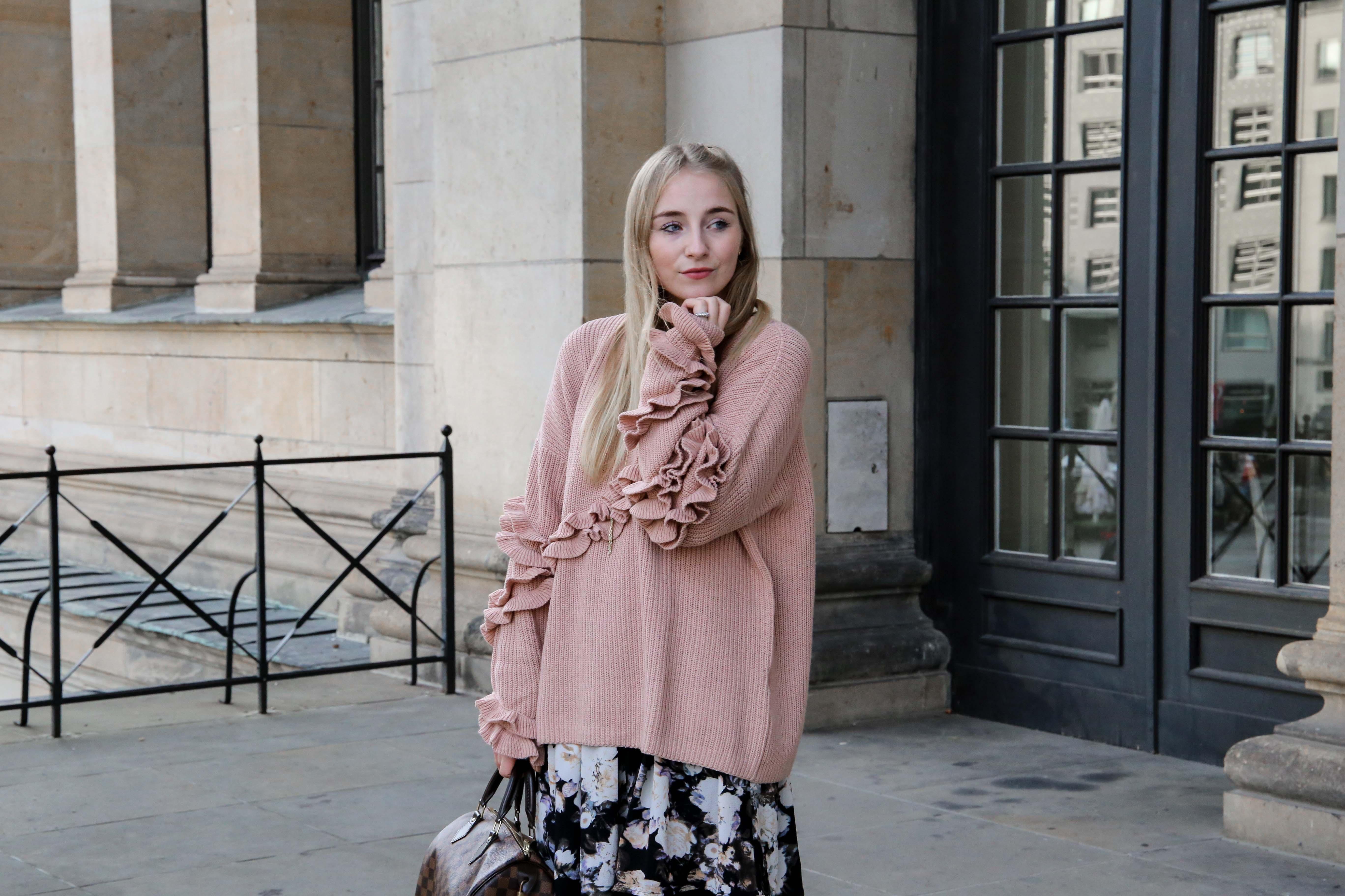 rosa-rüschen-pullover-blumenkleid-schleifen-lack-ballerina-berlin-fashionblog-modeblog-blogger-berlin-romantisch