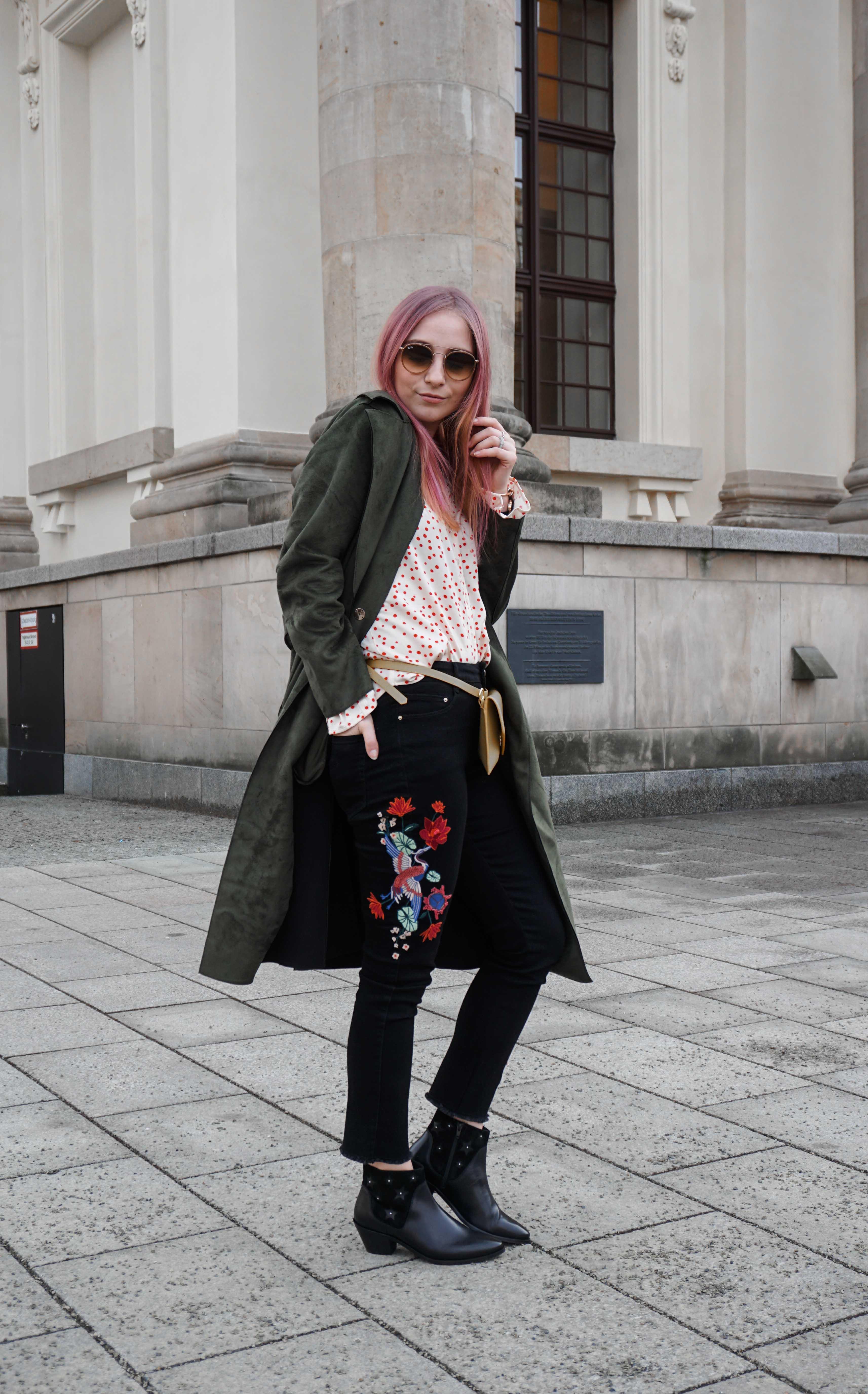 frühlingslook-grüner-trenchcoat-schwarze-straight-leg-jeans-modeblog-berlin-fashionblog-blogger-fashion-outfit-pink-haare