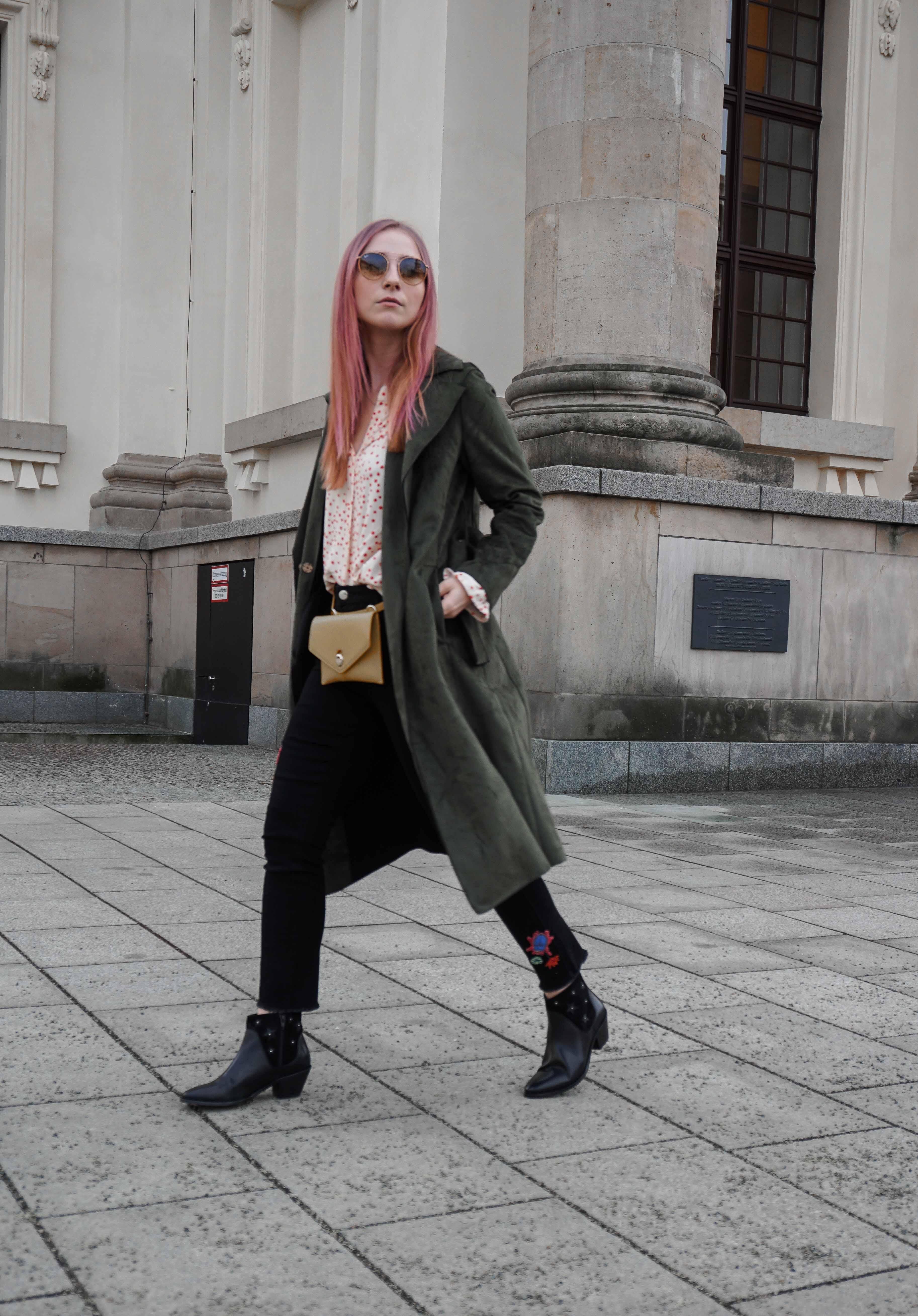 frühlingslook-grüner-trenchcoat-schwarze-straight-leg-jeans-modeblog-berlin-fashionblog-blogger-fashion-streetstyle