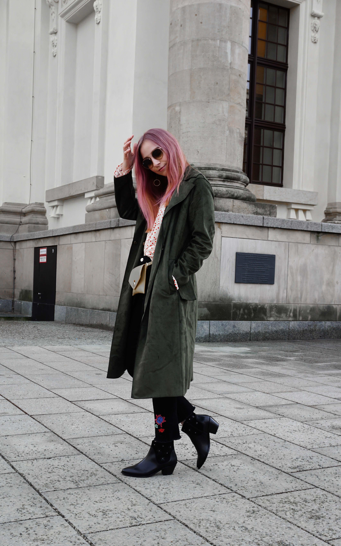 frühlingslook-grüner-trenchcoat-schwarze-straight-leg-jeans-modeblog-berlin-fashionblog-blogger-fashion-outfit
