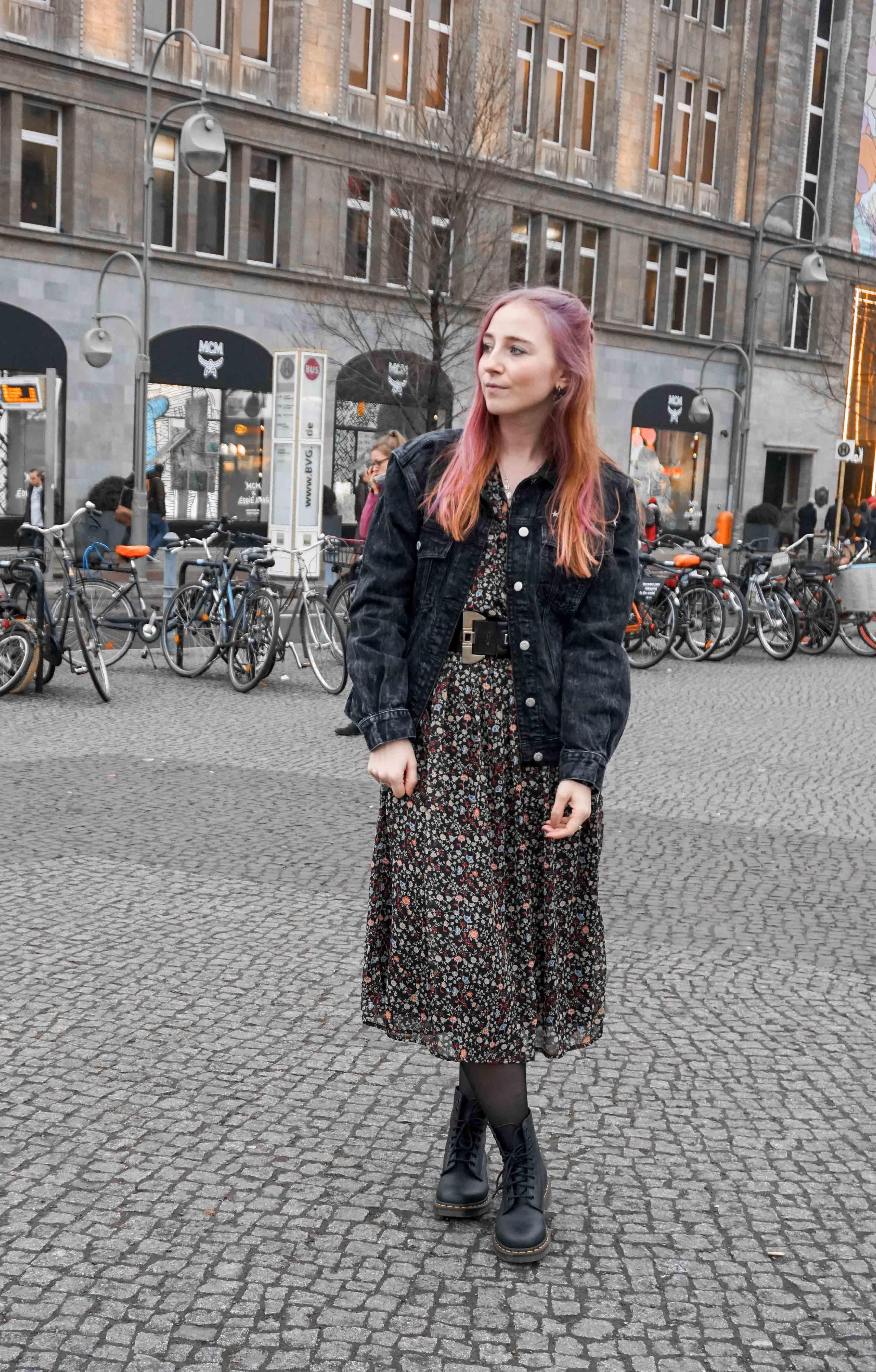 midi-blumenkleid-rosa-haare-lookbook-outfit-ootd-blogger-berlin-rockig-docs-color-creator-wella