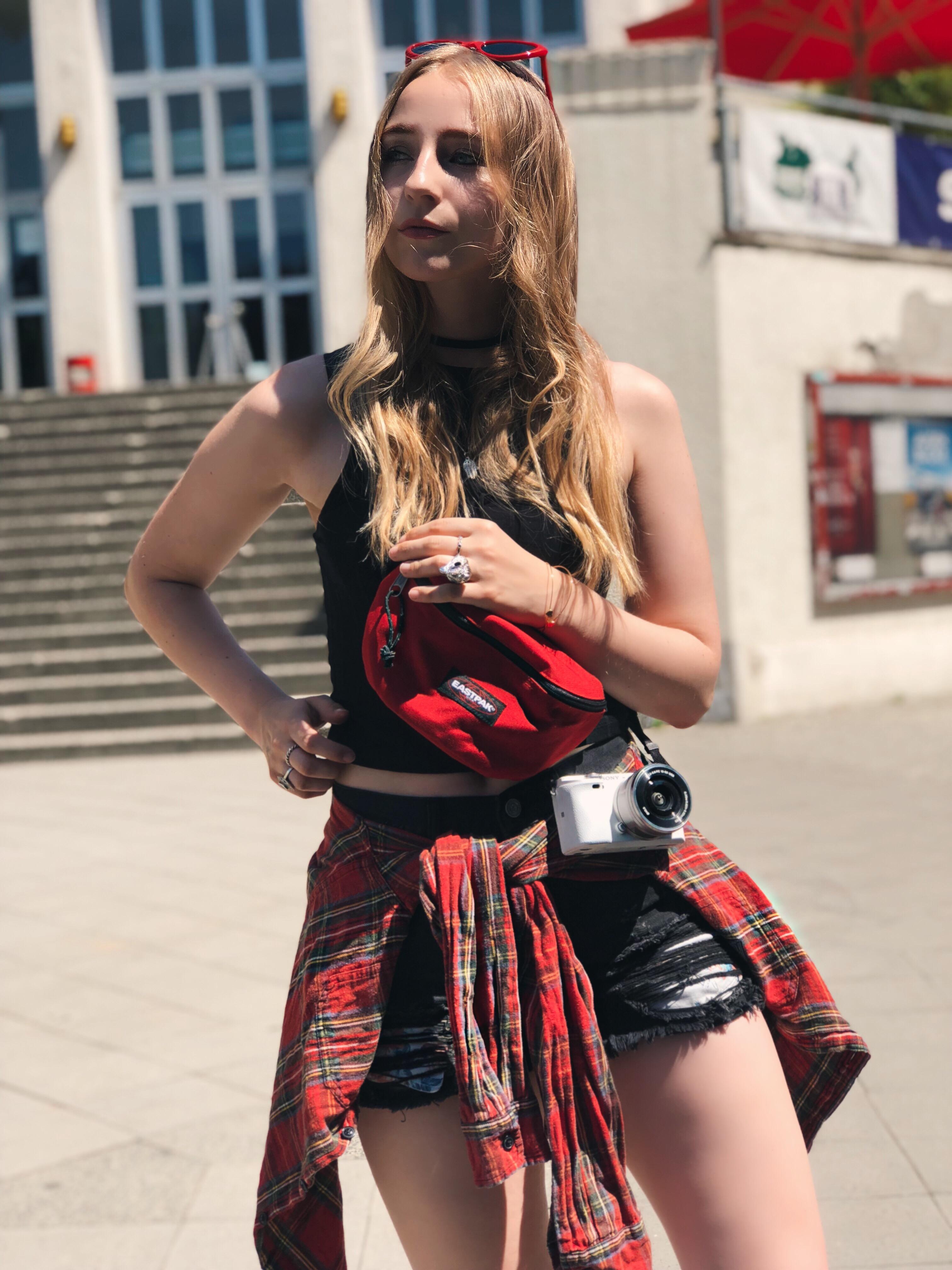 festival-outfit-style-festivalguide-berlin-hotpants-kariertes-hemd-retro-sonnenbrille