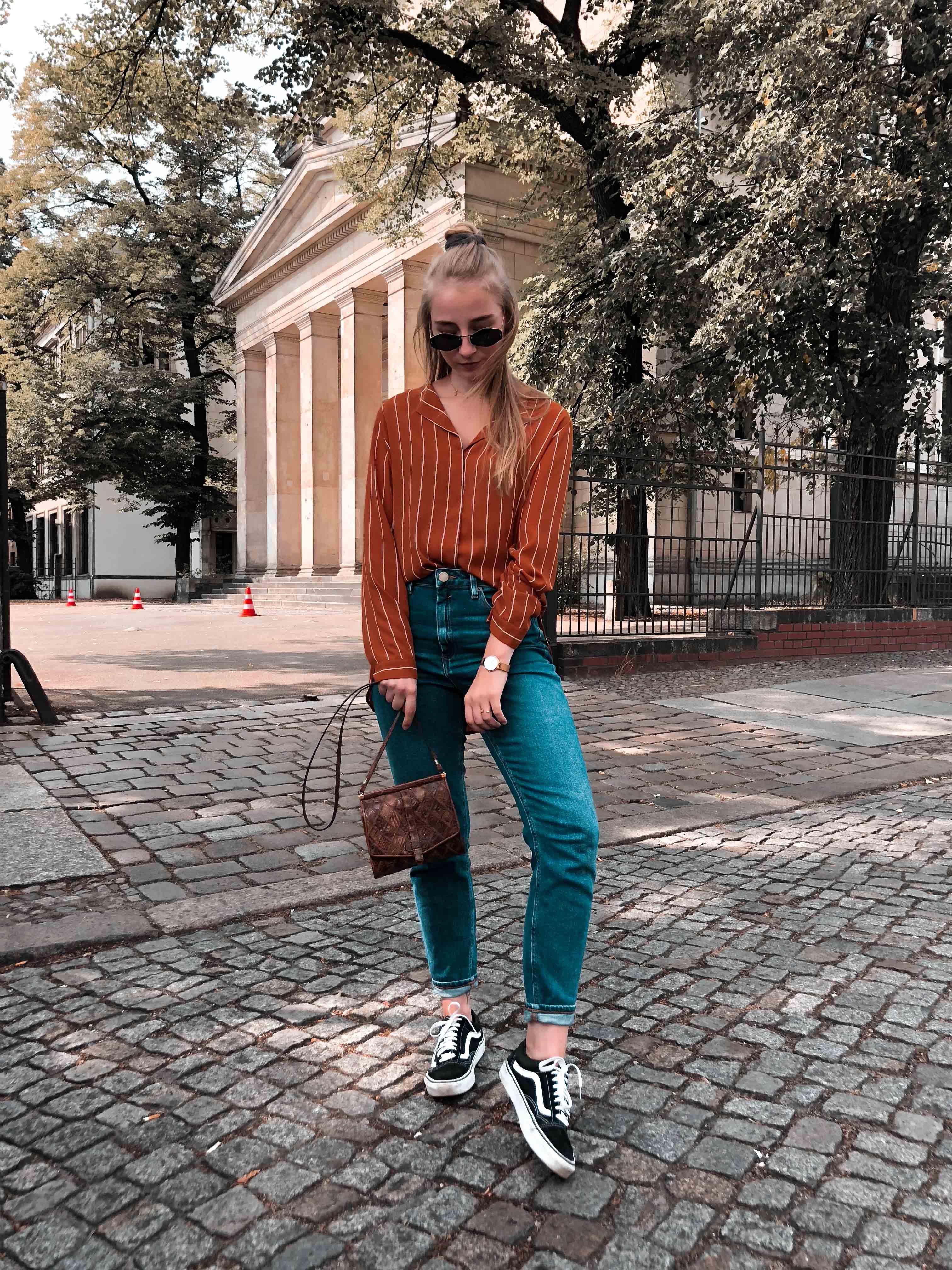 Spätsommer Outfit Lässige Seidenbluse Mom Jeans Und Vans