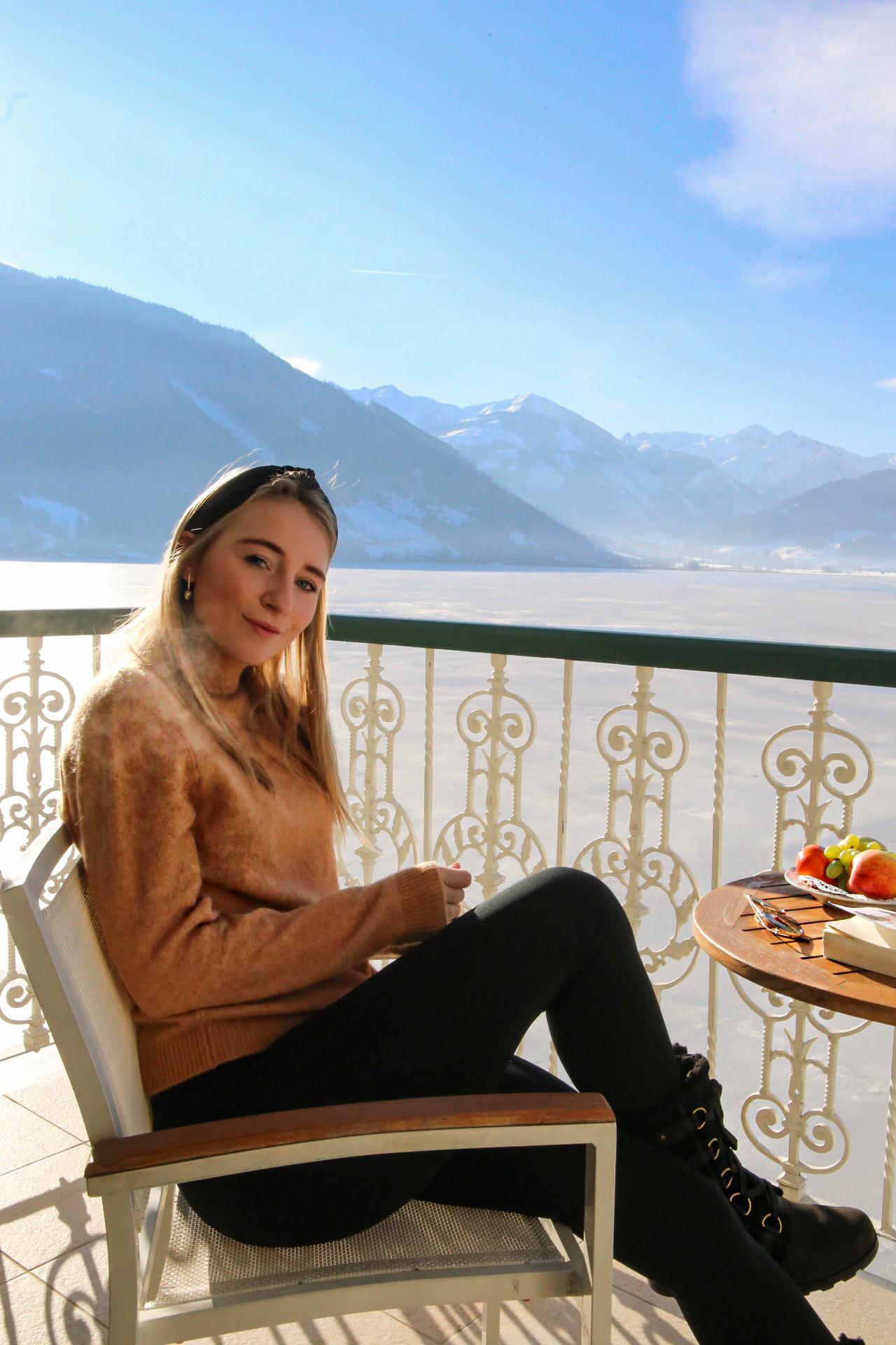 grand-hotel-zell-am-see-berg-ski-urlaub-winter-zimmer-mädchen